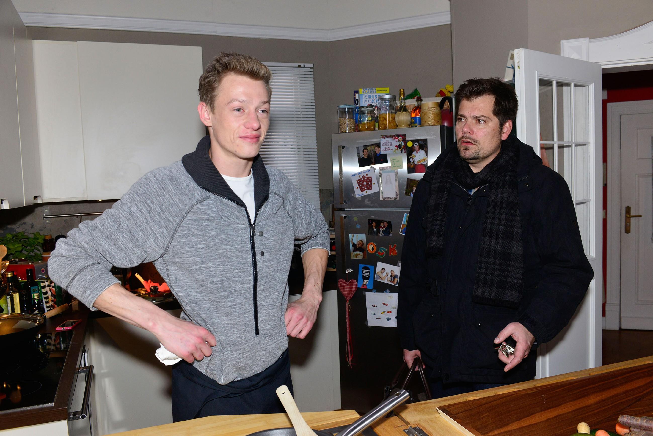 Vince (Vincent Krüger, l.) ist Feuer und Flamme für seine Live-Cooking-Idee und will Leon (Daniel Fehlow) beweisen, dass er das Zeug zum Unternehmer hat. Es wurmt ihn, dass ausgerechnet sein Vater nicht an ihn glaubt...