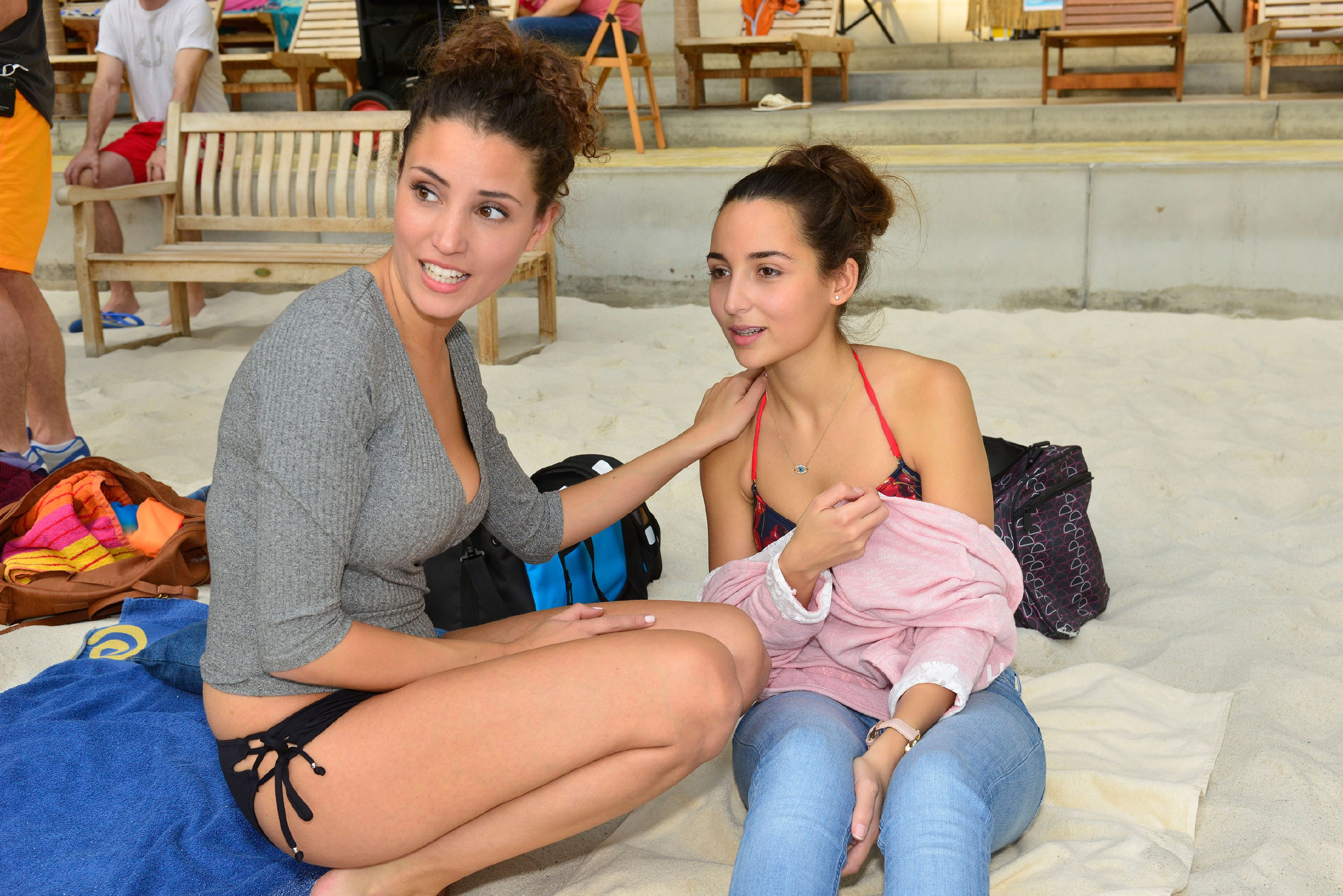 Selma (Rona Özkan, r.) ist froh, dass sie mit Aylas (Nadine Menz) Hilfe und deren Schminkkunst doch noch mit auf die Beachparty gehen und ihrem Schwarm Jonas nahe sein kann. (Quelle: RTL / Rolf Baumgartner)