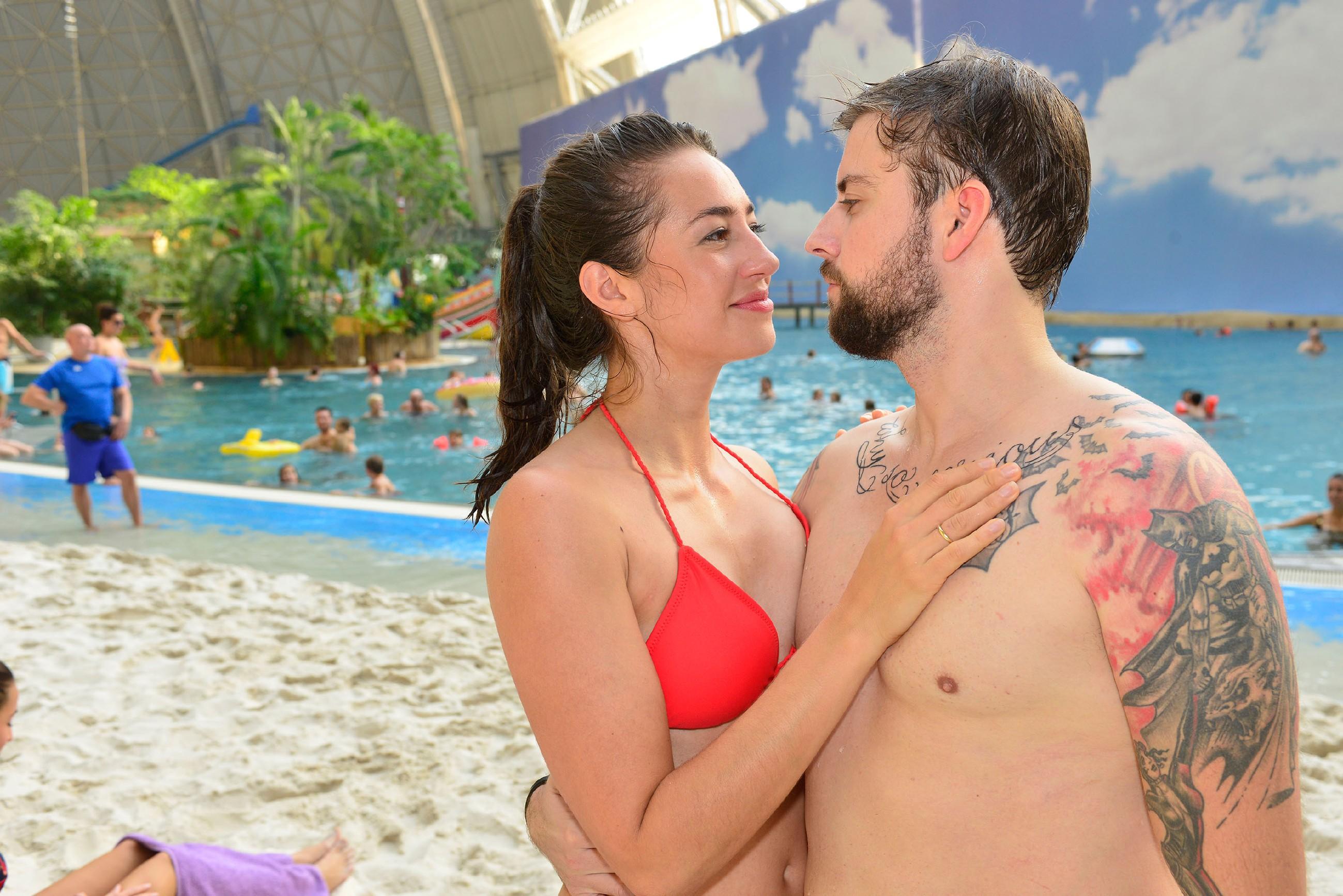 Elena (Elena Garcia Gerlach) und John (Felix von Jascheroff) genießen verliebt den entspannten Tag im Spaßbad. (Quelle: RTL / Rolf Baumgartner)