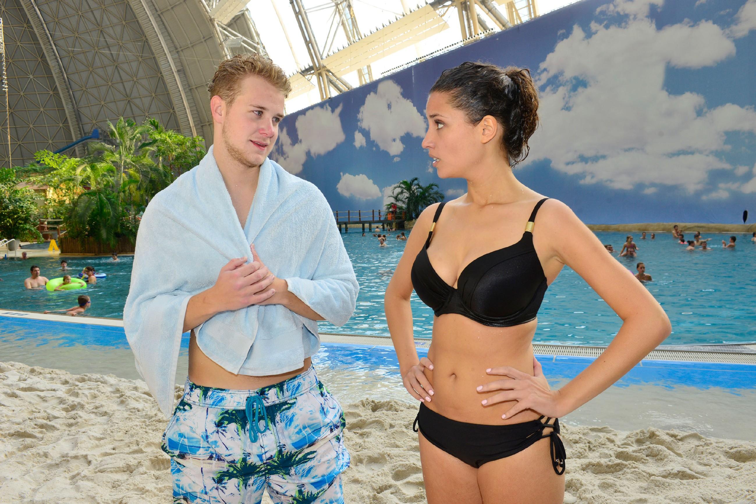 Als die Freunde einen Tag im Spaßbad verbringen, hat Jonas (Felix van Deventer) zur Enttäuschung von Selma nur Augen für Ayla (Nadine Menz). (Quelle: RTL / Rolf Baumgartner)
