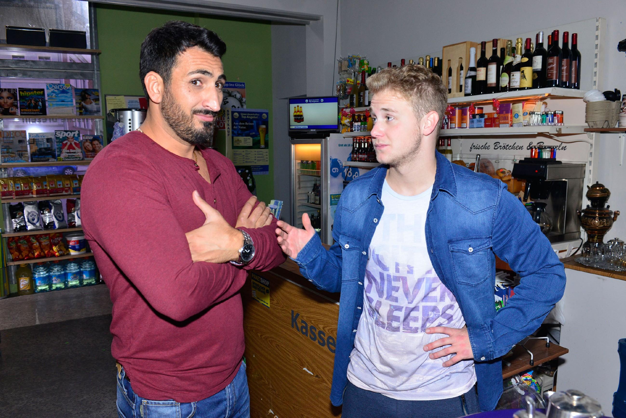 Mesut (Mustafa Alin, l.) zweifelt daran, dass Jonas (Felix van Deventer) bei Ayla punkten kann. (Quelle: RTL / Rolf Baumgartner)