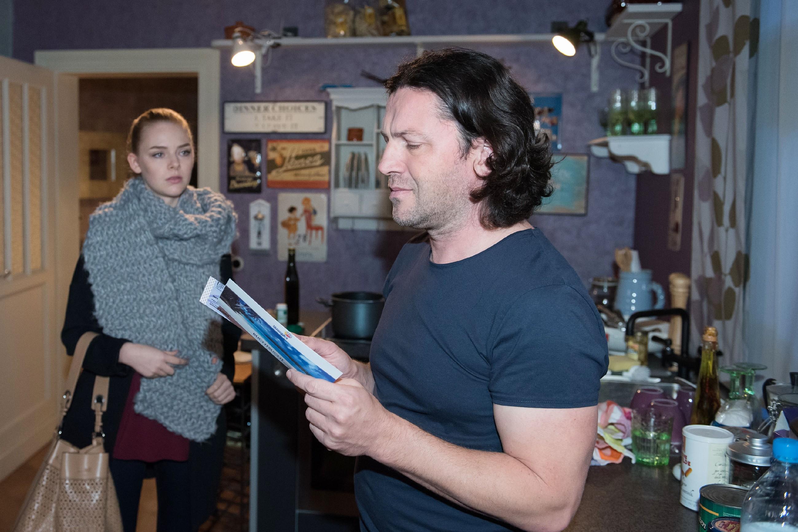 Rolf (Stefan Franz) trifft es hart, als Fiona (Olivia Burkhart) sein Geschenk ablehnt, um mit Easy auf ein billiges Punkrock-Konzert zu gehen. Er spielt zwar den verständnisvollen Vater, aber seine Enttäuschung ist groß... (Quelle: RTL / Stefan Behrens)