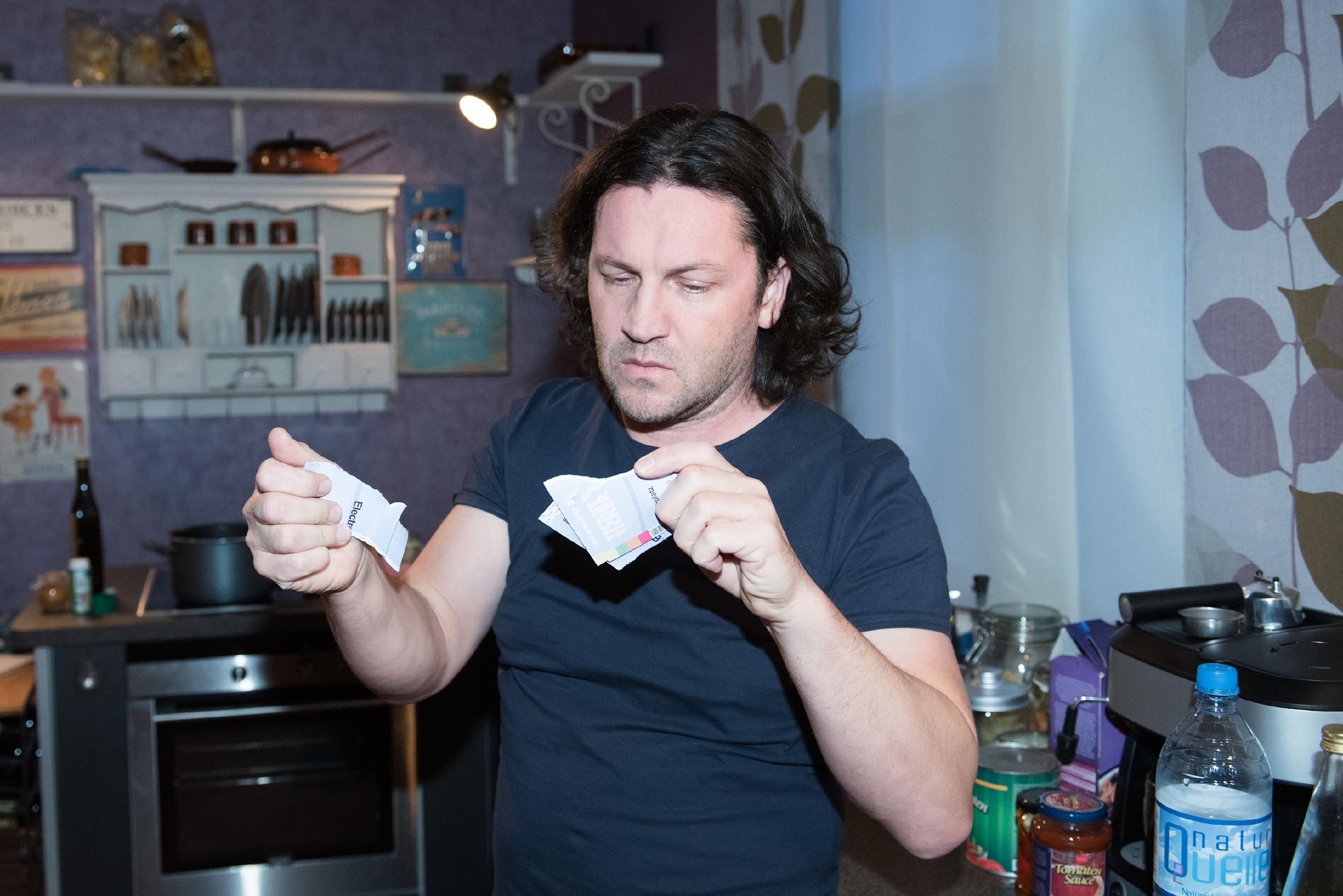 In seiner Enttäuschung zerreißt Rolf (Stefan Franz) die teuren Tickets für das angesagte DJ-Club-Event, mit dem er Fiona überraschen wollte. (Quelle: RTL / Stefan Behrens)