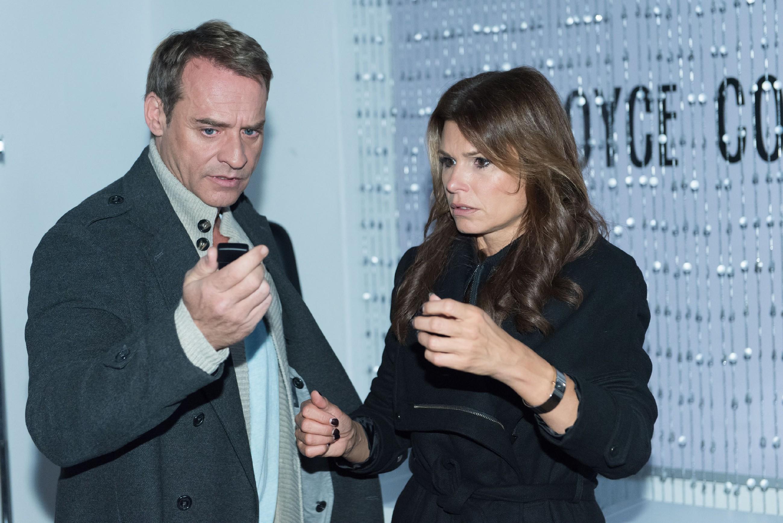 Rufus (Kai Noll) kann Britta (Tabea Heynig) gerade noch rechtzeitig davon abhalten, die Boutique niederzubrennen. Er ist entsetzt, wie weit Britta in ihrer Verzweiflung zu gehen bereit war... (Quelle: RTL / Stefan Behrens)