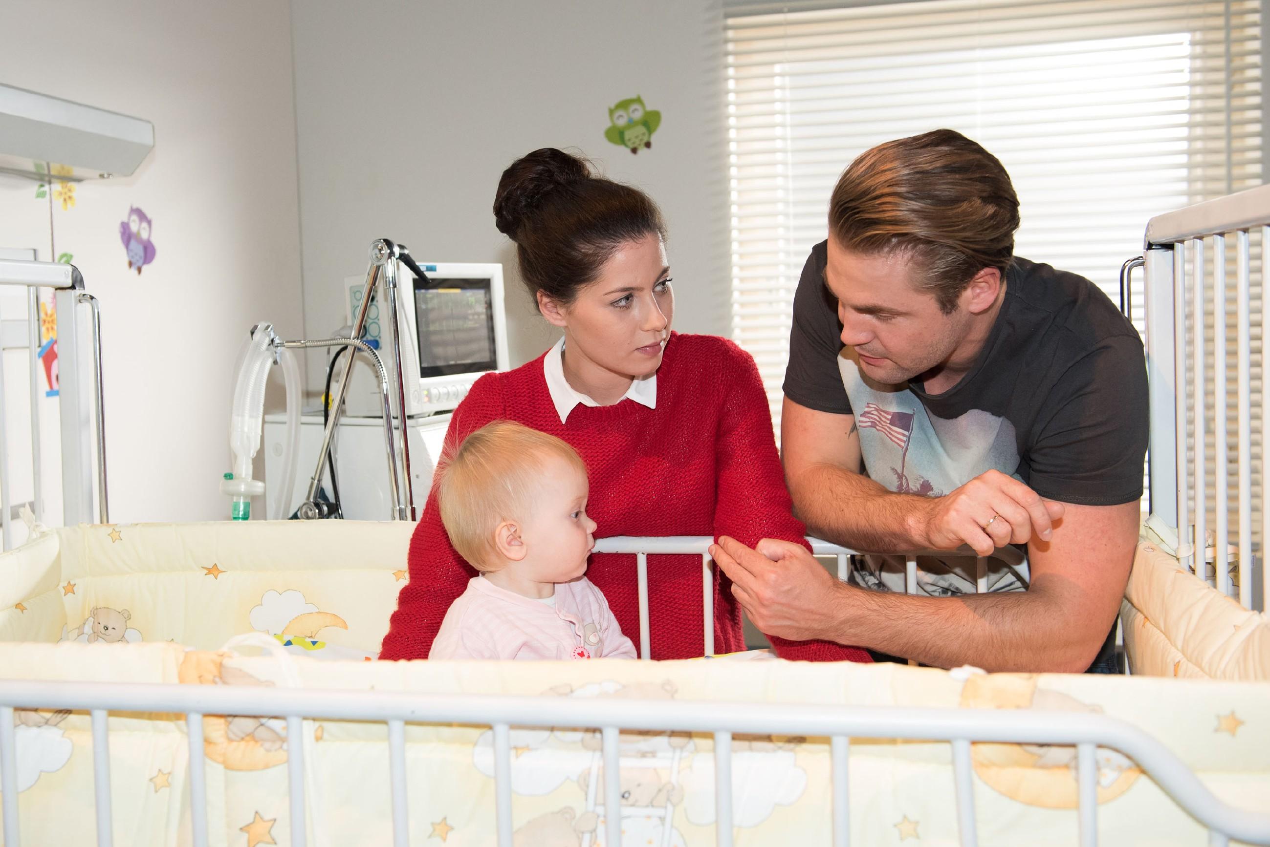 Sina (Valea Katharina Scalabrino) und Bambi (Benjamin Heinrich) bekommen eine Nachricht, die sie endlich wieder hoffen lässt: Bambi kommt als Spender für Baby Amelie (Pia Kliesow) infrage... (Quelle: RTL / Stefan Behrens)