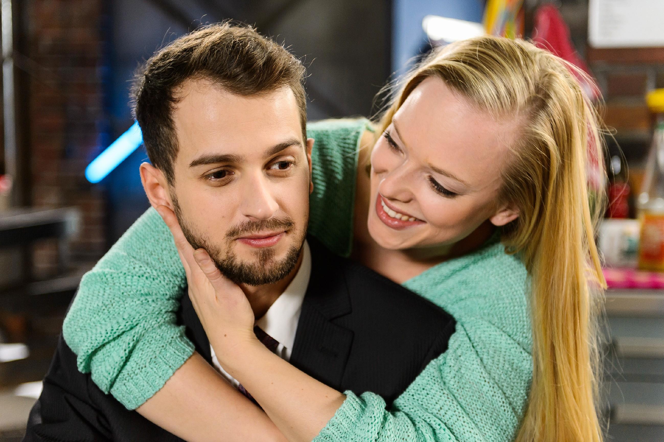 Marie (Judith Neumann) erkennt im Beisein von Tobi (Michael Jassin), wie sehr sie im Falle einer Auswanderung ihre Freunde und Familie vermissen würde. (Quelle: RTL / Willi Weber)