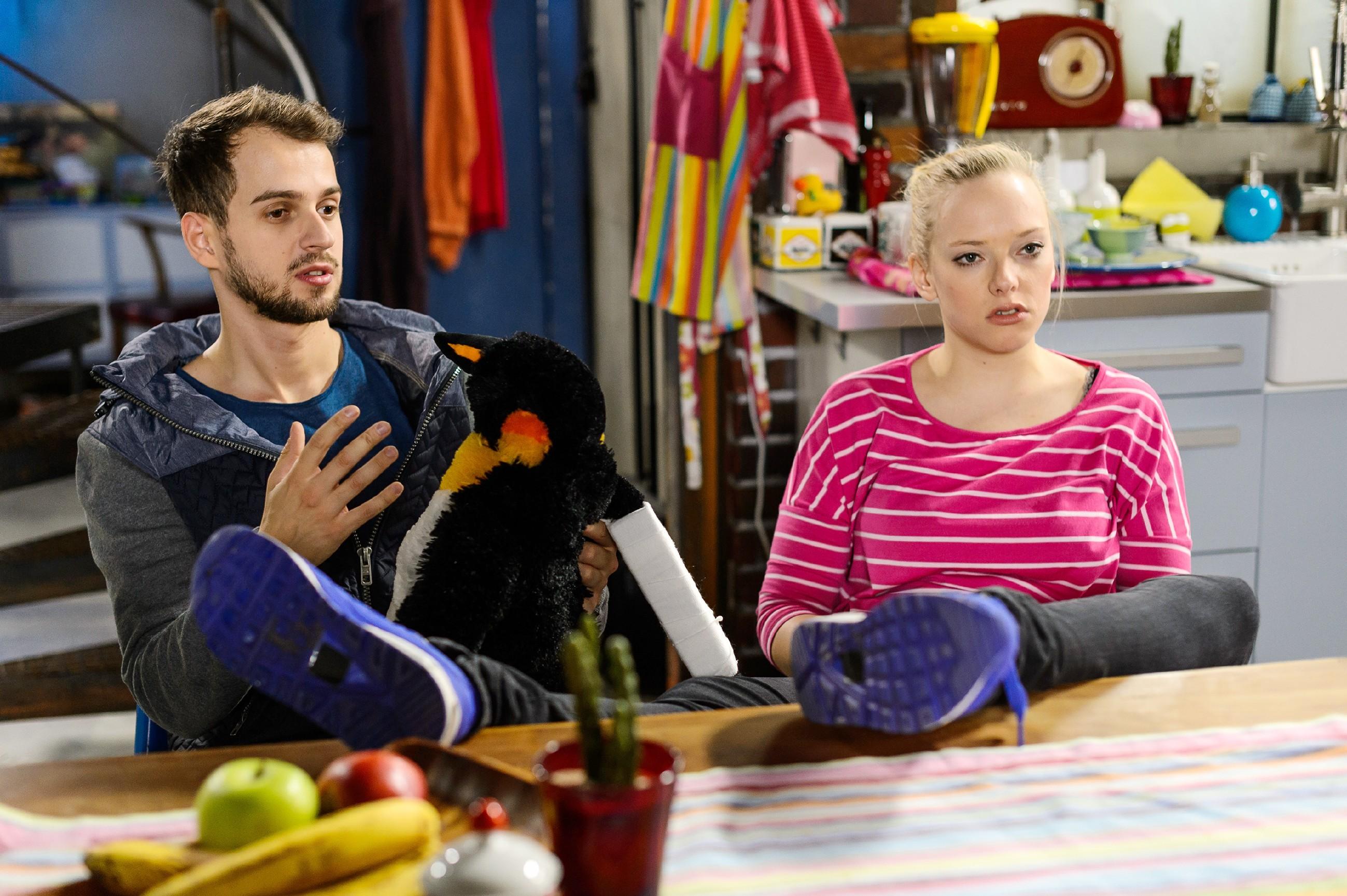 Als Marie (Judith Neumann) sich nach all den Bemühungen fragt, ob ihre Rückenverletzung sie wirklich noch beeinträchtigt, versucht Tobi (Michael Jassin) sie aufzumuntern. (Quelle: RTL / Willi Weber)