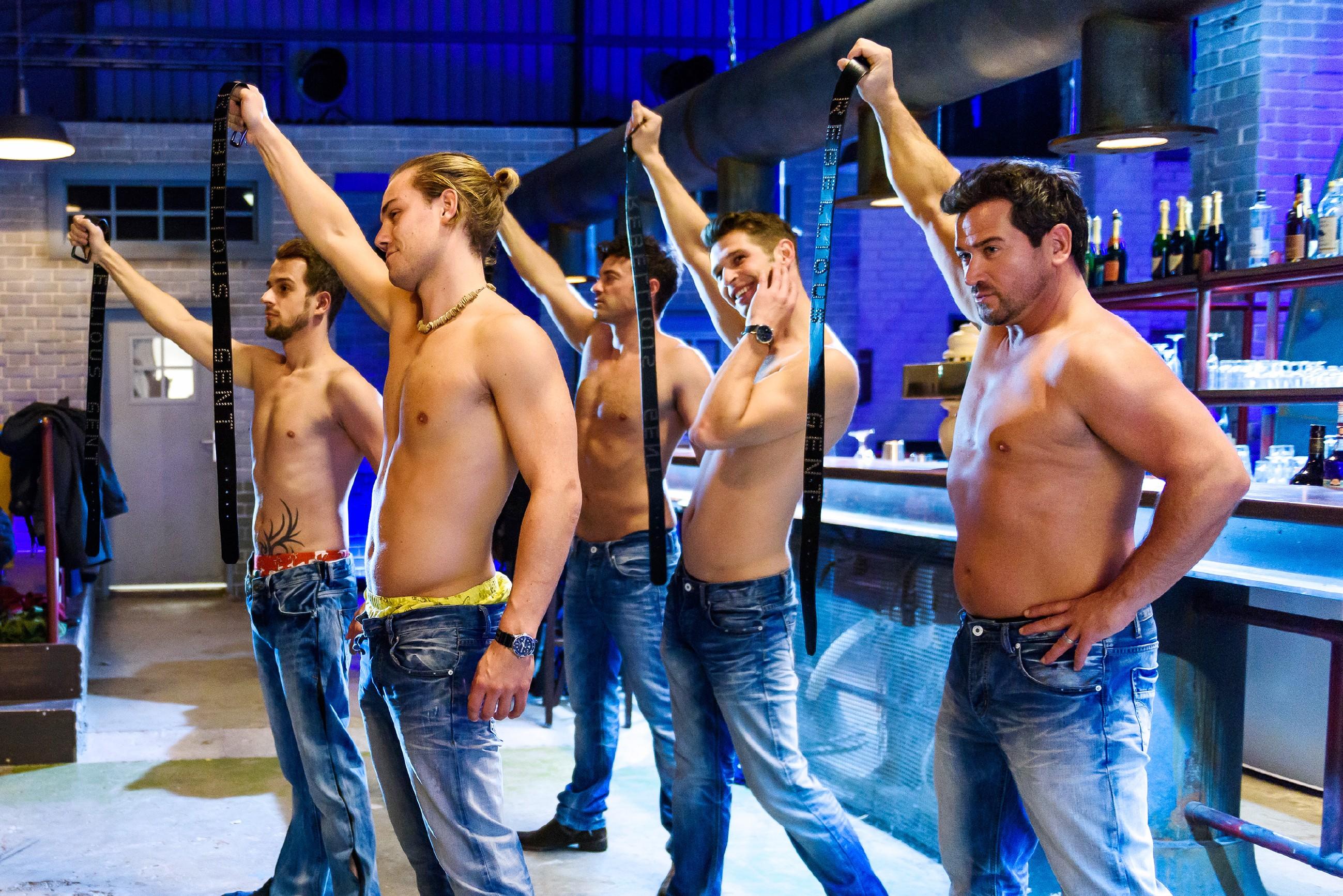 Unter der Anweisung von Isabelle trainieren (v.l.) Leo (Julian Bayer), Ben (Jörg Rohde), Deniz (Igor Dolgatschew) und Marian (Sam Eisenstein) im Club für ihre Stripshow. (Quelle: RTL / Willi Weber)