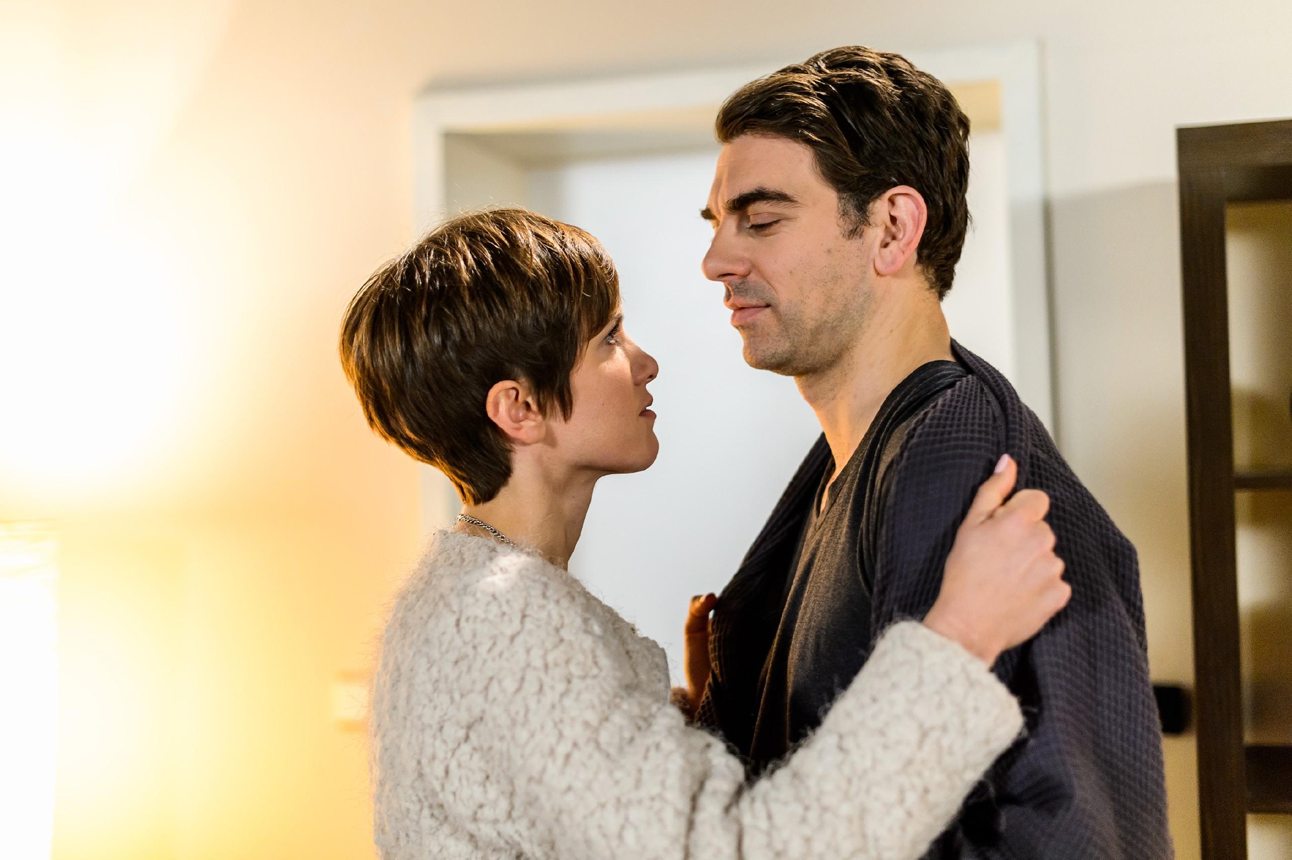 Pia (Isabell Horn) gibt sich zu Veits (Carsten Clemens) Zufriedenheit ihrer Sehnsucht nach ihm hin. (Quelle: RTL / Willi Weber)