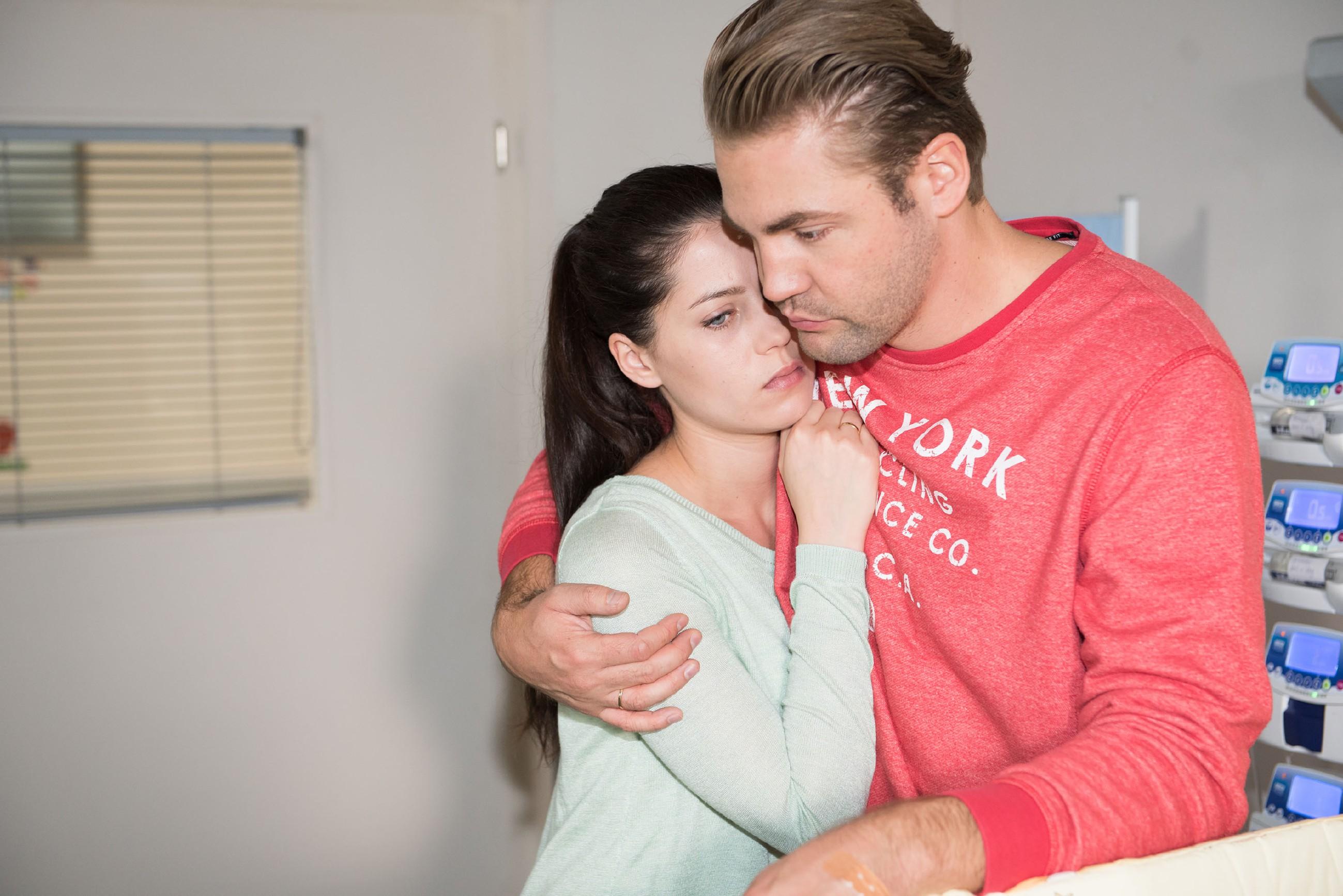 Bambi (Benjamin Heinrich) muss Sina (Valea Katharina Scalabrino) schweren Herzens mitteilen, dass er nicht mehr als Spender für Amelie in Frage kommt. (Quelle: RTL / Stefan Behrens)