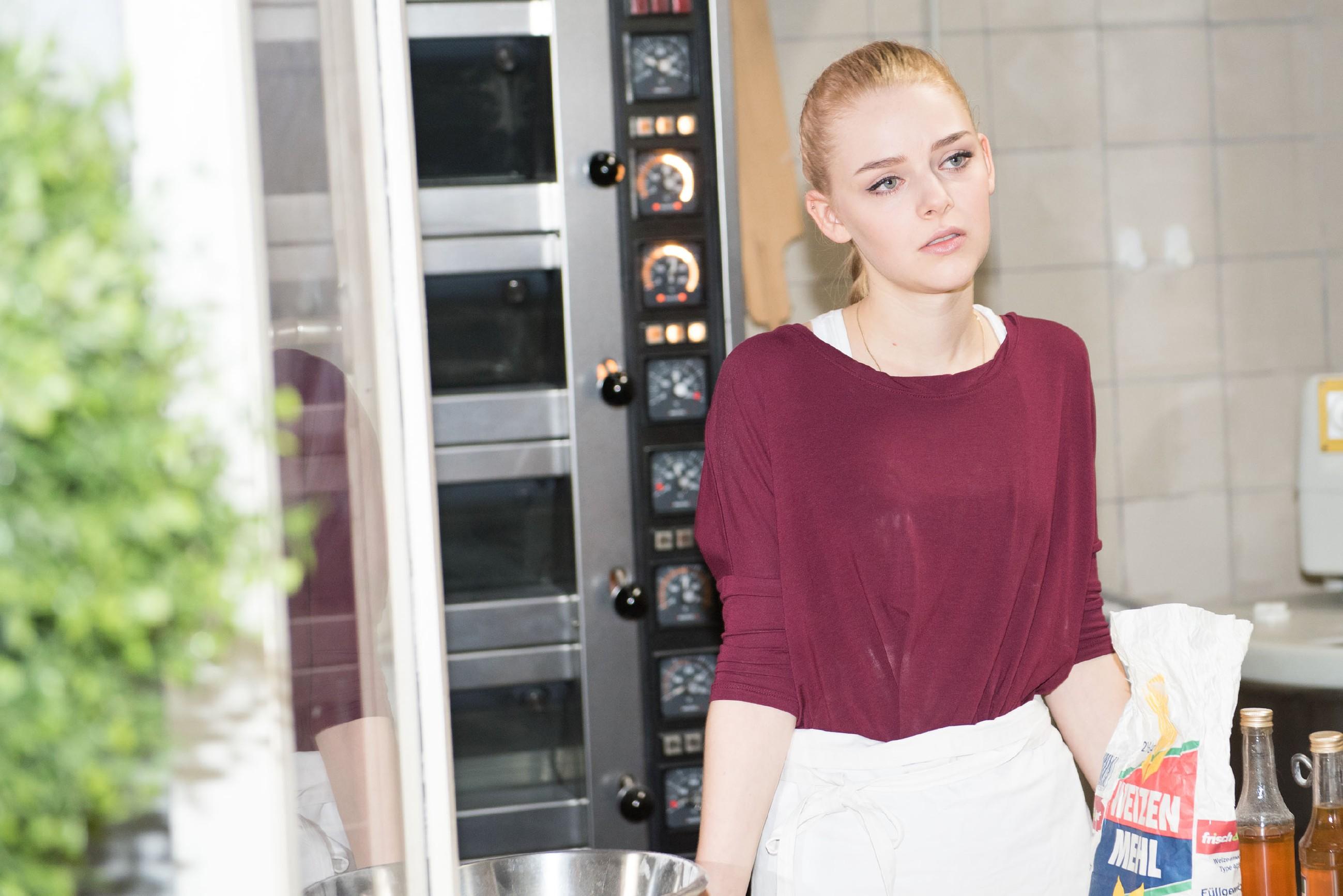 Fiona (Olivia Burkhart) offenbart Easy, dass sie sich schuldig fühlt, Rolf enttäuscht zu haben. (Quelle: RTL / Stefan Behrens)