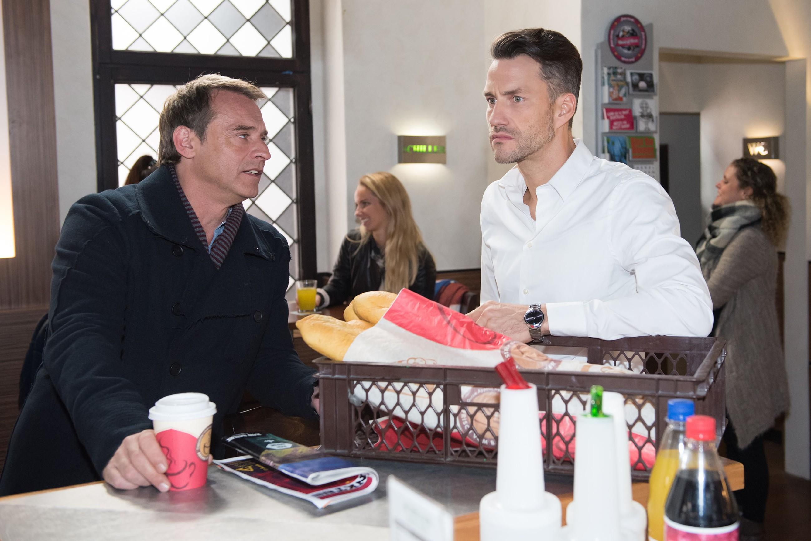 Rufus (Kai Noll, l.) bekommt Maltes (Stefan Bockelmann) Eifersucht mit und gibt ihm den Rat, sich weniger um Tobias, aber dafür mehr um Caro zu kümmern. (Quelle: RTL / Stefan Behrens)
