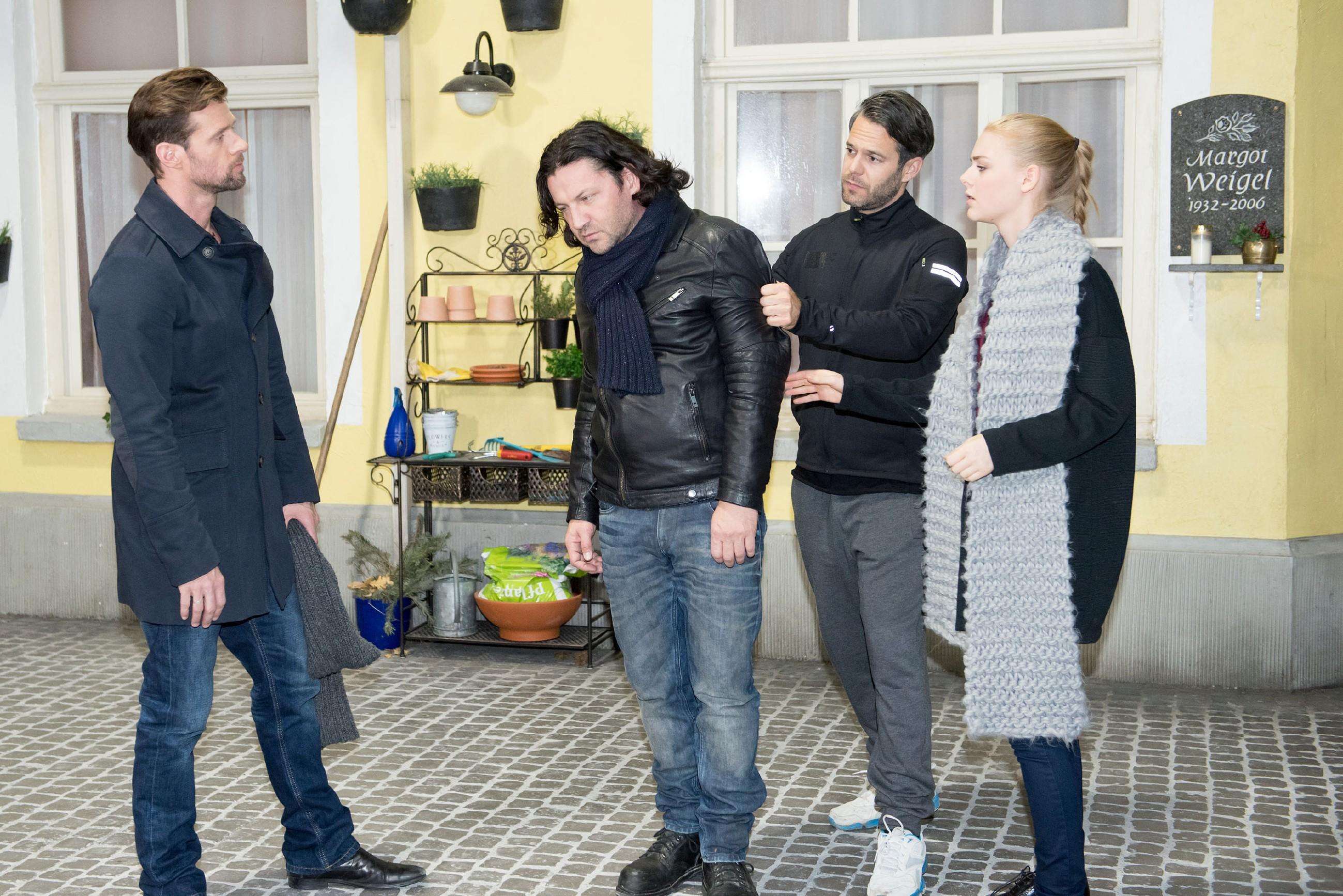 Fiona (Olivia Burkhart) schämt sich, als Rolf (Stefan Franz, 2.v.l.) sie vor Henning (Benjamin Kiss, l.) und Till (Ben Ruedinger) demütigt. (Quelle: RTL / Stefan Behrens)