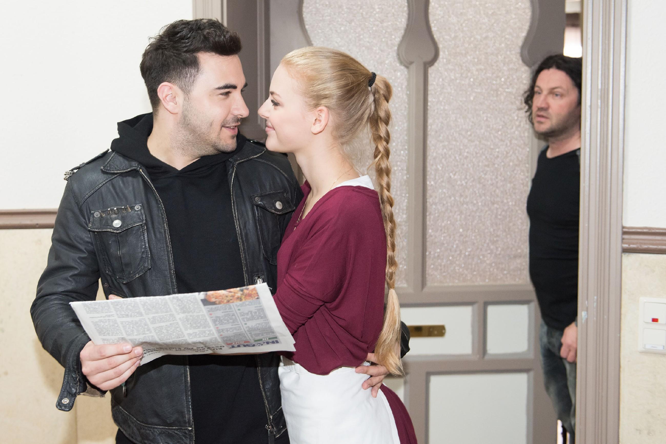 Rolfs (Stefan Franz, r.) Plan geht auf, als Fiona (Olivia Burkhart) aus Sorge um ihn auf eine Verabredung mit Easy (Lars Steinhöfel) verzichtet. (Quelle: RTL / Stefan Behrens)