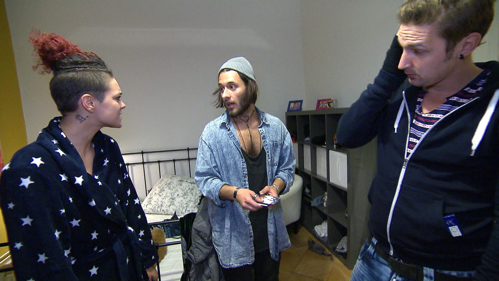Leon (re.) ist von Mark (Mitte) genervt, der ständig auf Drogen ist und in der WG feiert... (Foto, li.: Jessica) (Quelle: RTL 2)