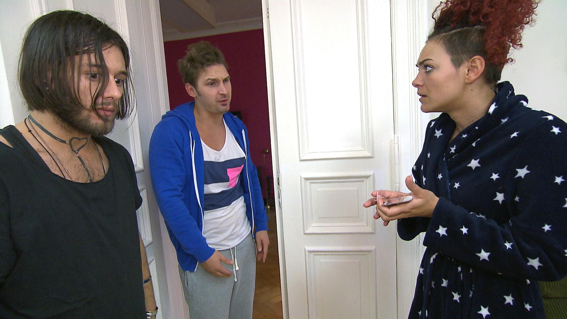 Weil Piet einen ungestörten Tag mit Kiara verbringen will, sollen Leon (Mitte), Jessica und Mark (li.) auf seinen Hund Ingeborg aufpassen. (Quelle: RTL 2)