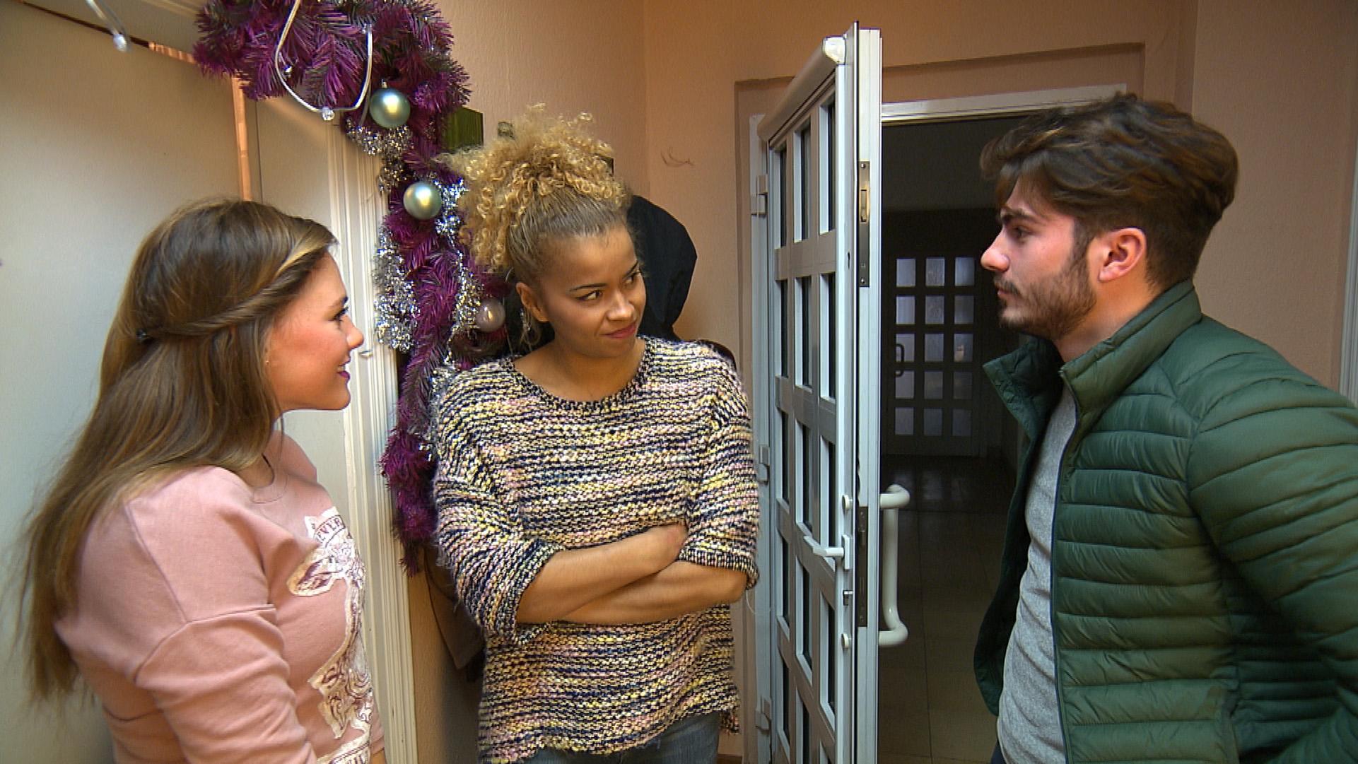 Sam (Mitte) kommt in arge Bedrängnis, als Fil sie morgens zu einem Ausflug abholen will und Anna (li.) sich auch dazu einlädt... (Quelle: RTL 2)