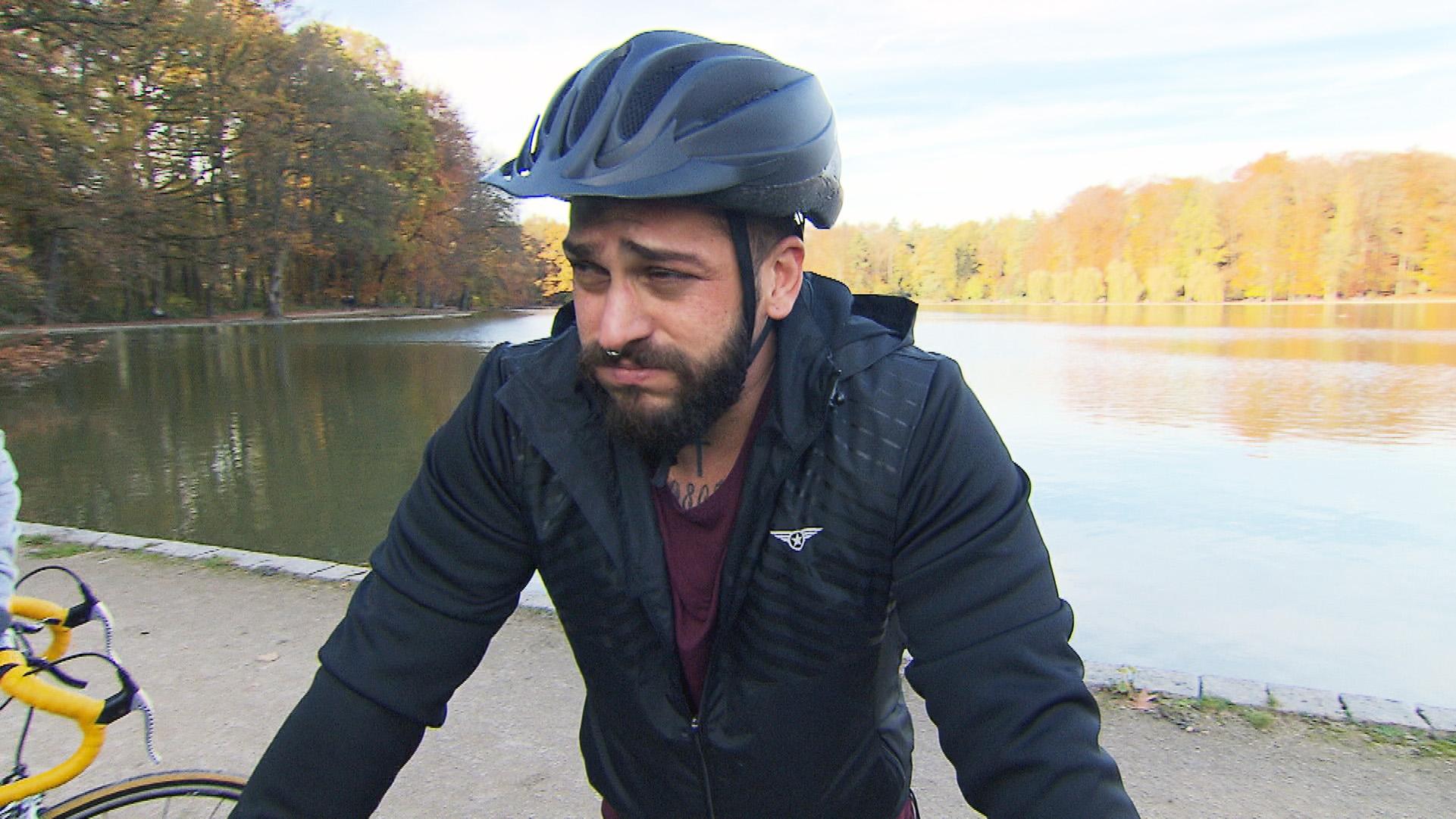 Bruno soll nun auch noch Radfahren.. (Quelle: RTL 2)