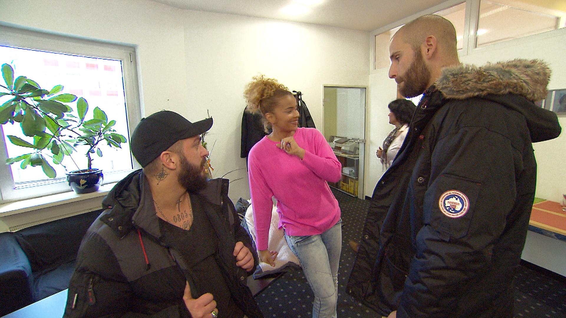 Sam überzeugt Bruno (li.)und Patrick (re.), sie zu einem Erste-Hilfe-Kurs zu begleiten... (Quelle: RTL 2)
