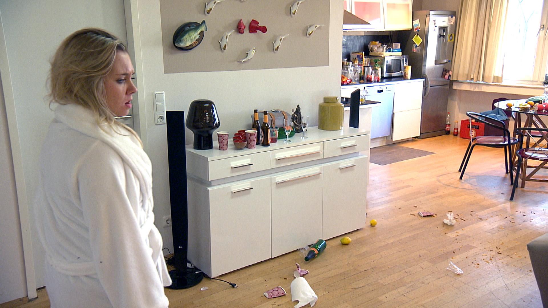 Chantal ist genervt, als sie feststellen muss, dass Valentin das Wohnzimmer nach einer Party in eine Müllhalde verwandelt hat. (Quelle: RTL 2)