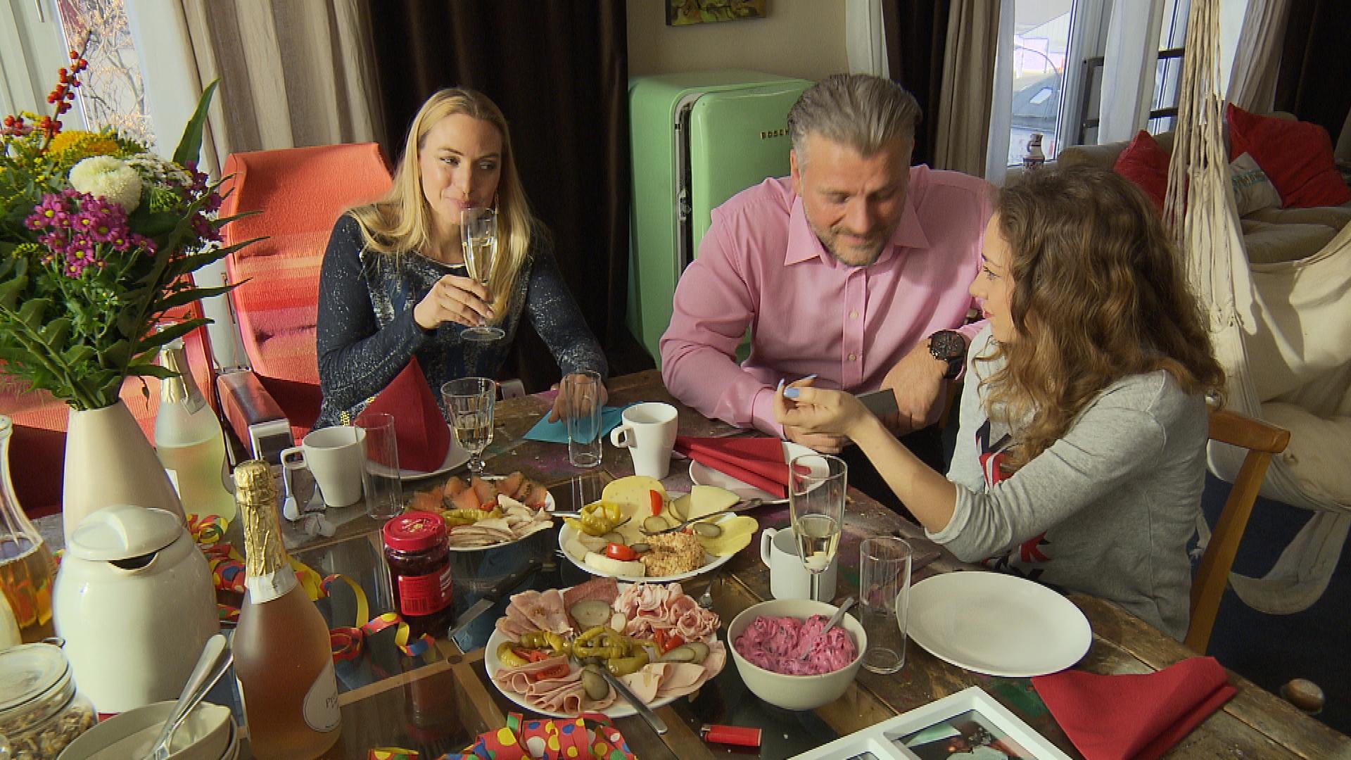 Inka hat Geburtstag und wird von Elli und Nils überrascht (Quelle: RTL 2)