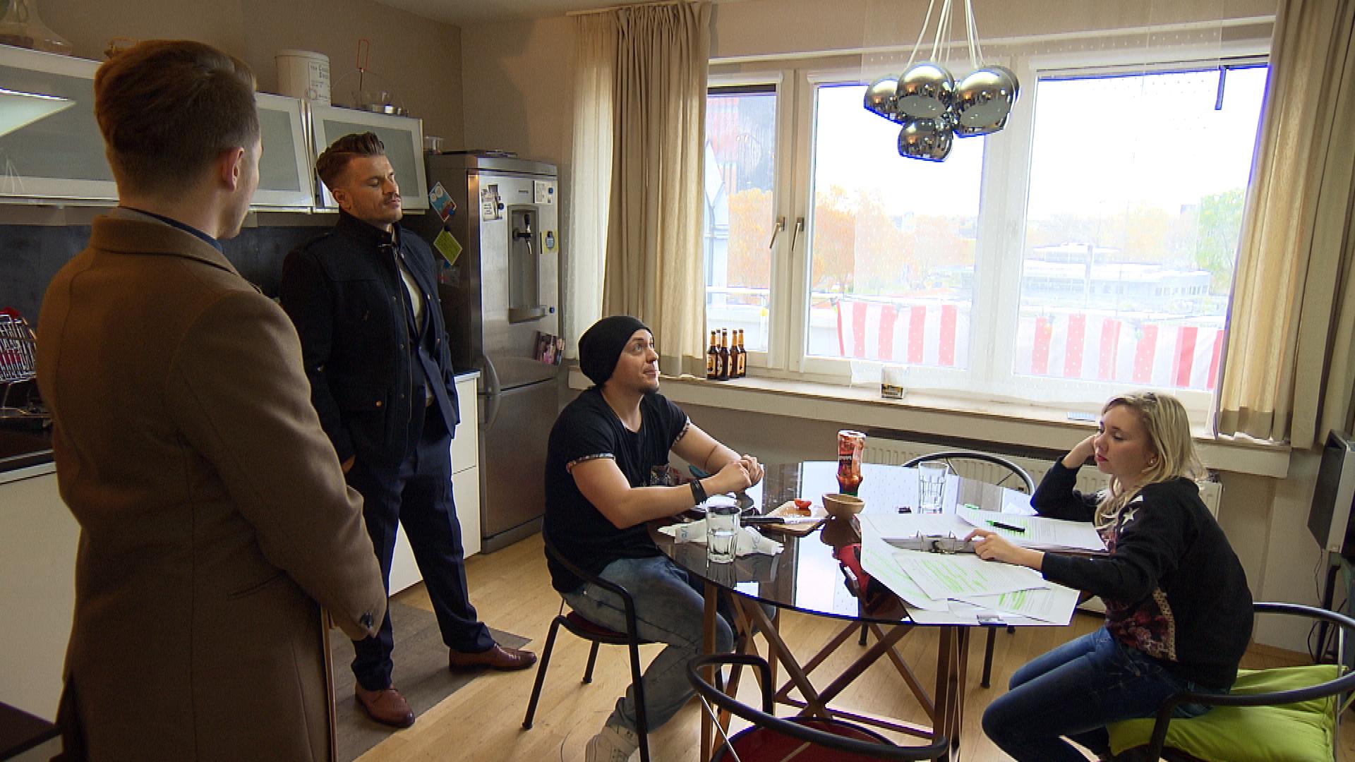 Im Gespräch mit seinem Anwalt erfährt Valentin, dass sich Chantal und Kevin mit ihrer Aktion, ihn in sein Zimmer einzusperren, der Freiheitsberaubung strafbar gemacht haben und er sie nun einfach vor die Tür setzen kann (Quelle: RTL 2)