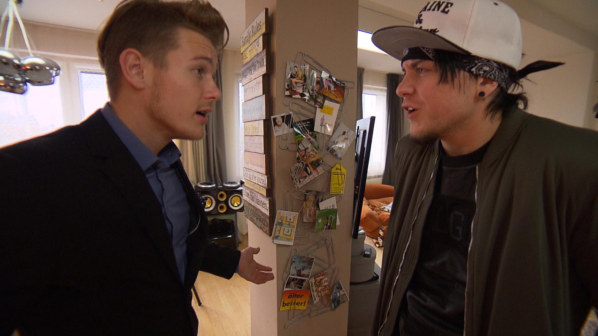 Valentinstellt Kevin ein Ultimatum, dass seine und Chantals Habseligkeiten bis Ende der Woche aus der WG verschwinden (Quelle: RTL 2)