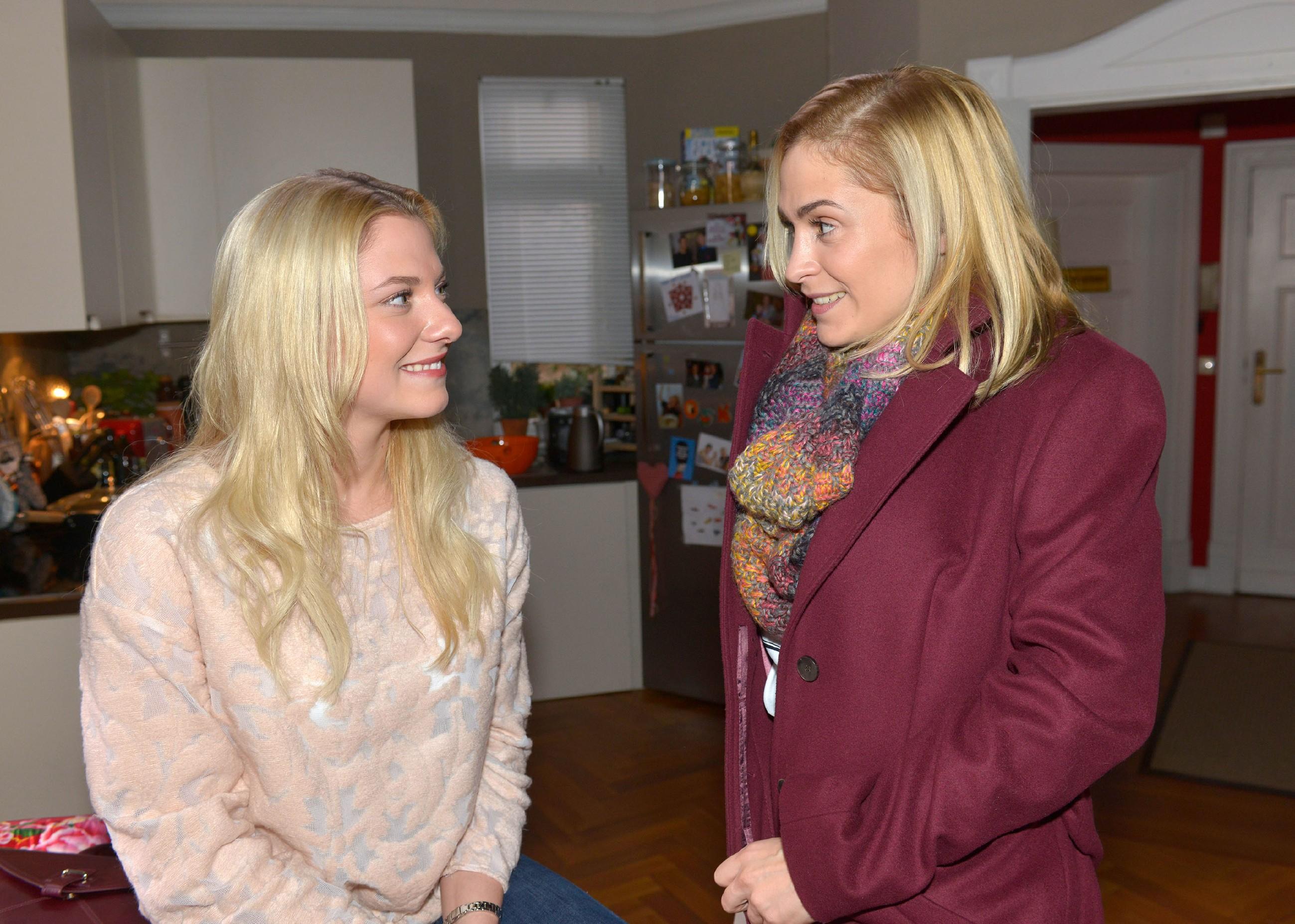 Sunny (Valentina Pahde, l.) erklärt Sophie (Lea Marlen Woitack), dass sie mit Vince ein unabhängiges Leben starten will. (Quelle: RTL / Rolf Baumgartner)