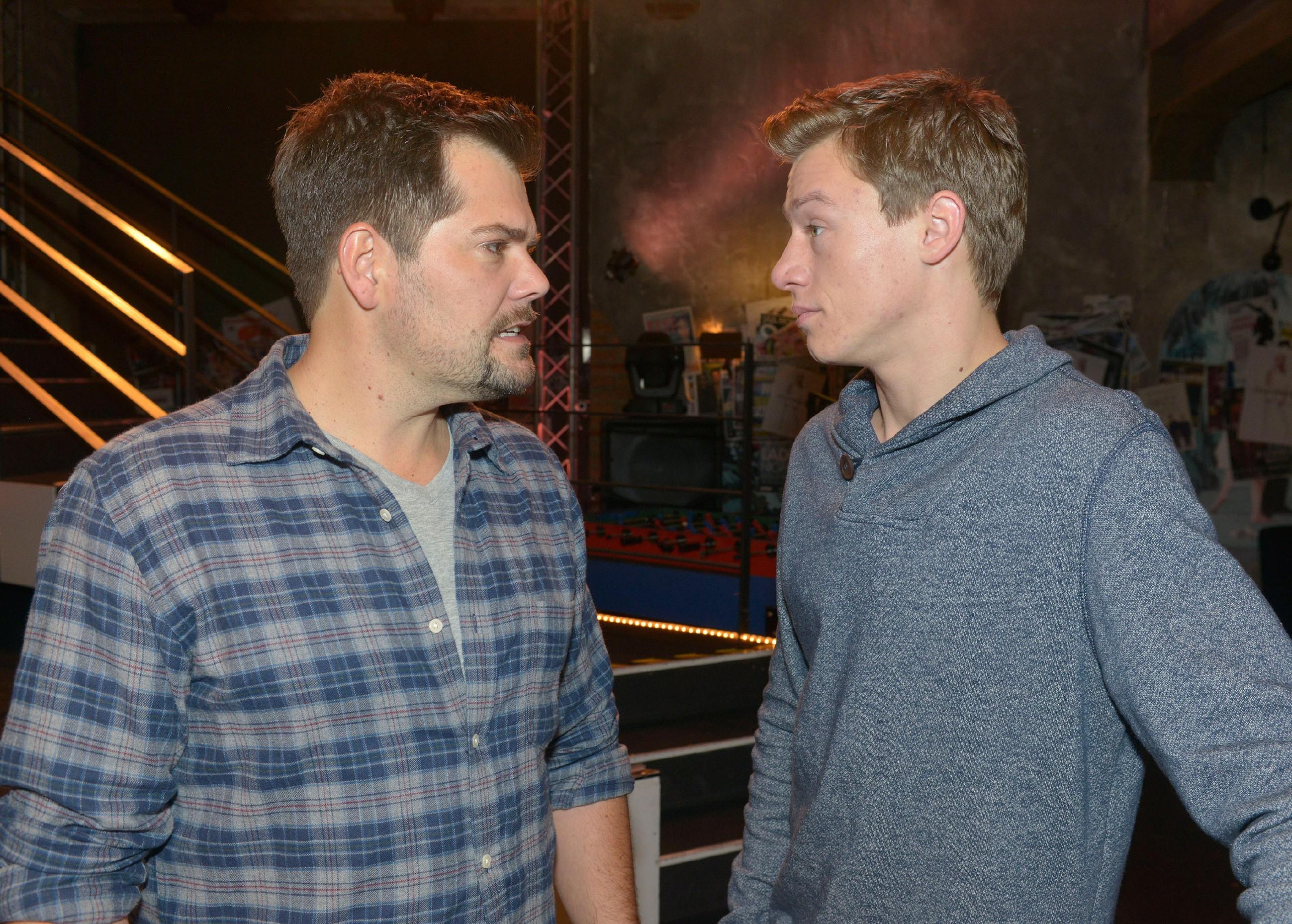 Vince (Vincent Krüger, r.) will sich von Leon (Daniel Fehlow) nicht mehr bevormunden lassen.