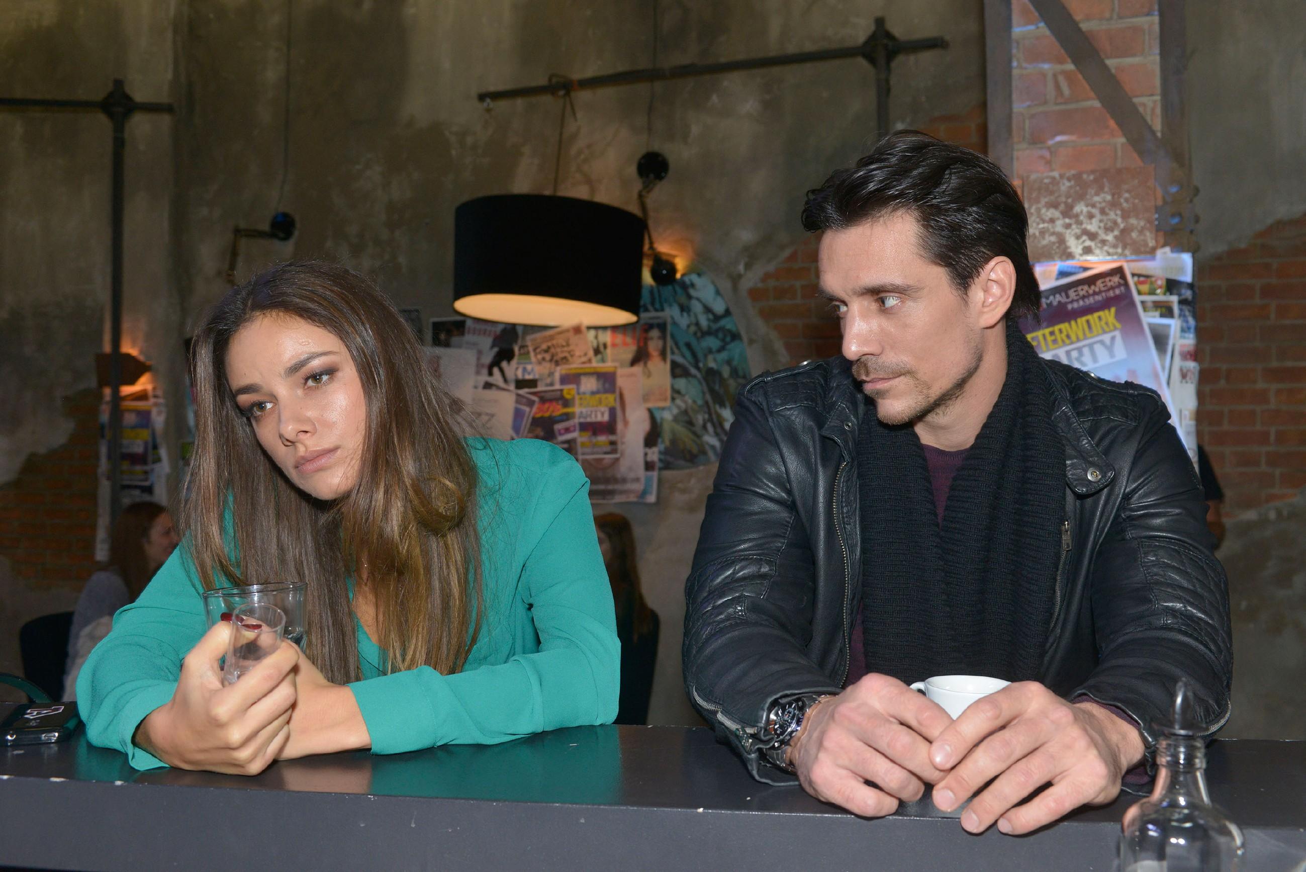Als David (Philipp Christopher) mitbekommt, dass Jasmin (Janina Uhse) ihren Kummer in Alkohol ertränkt hat, will er die Gelegenheit nutzen, um mehr Details über das dunkle Familiengeheimnis in Erfahrung zu bringen... (Quelle: RTL / Rolf Baumgartner)