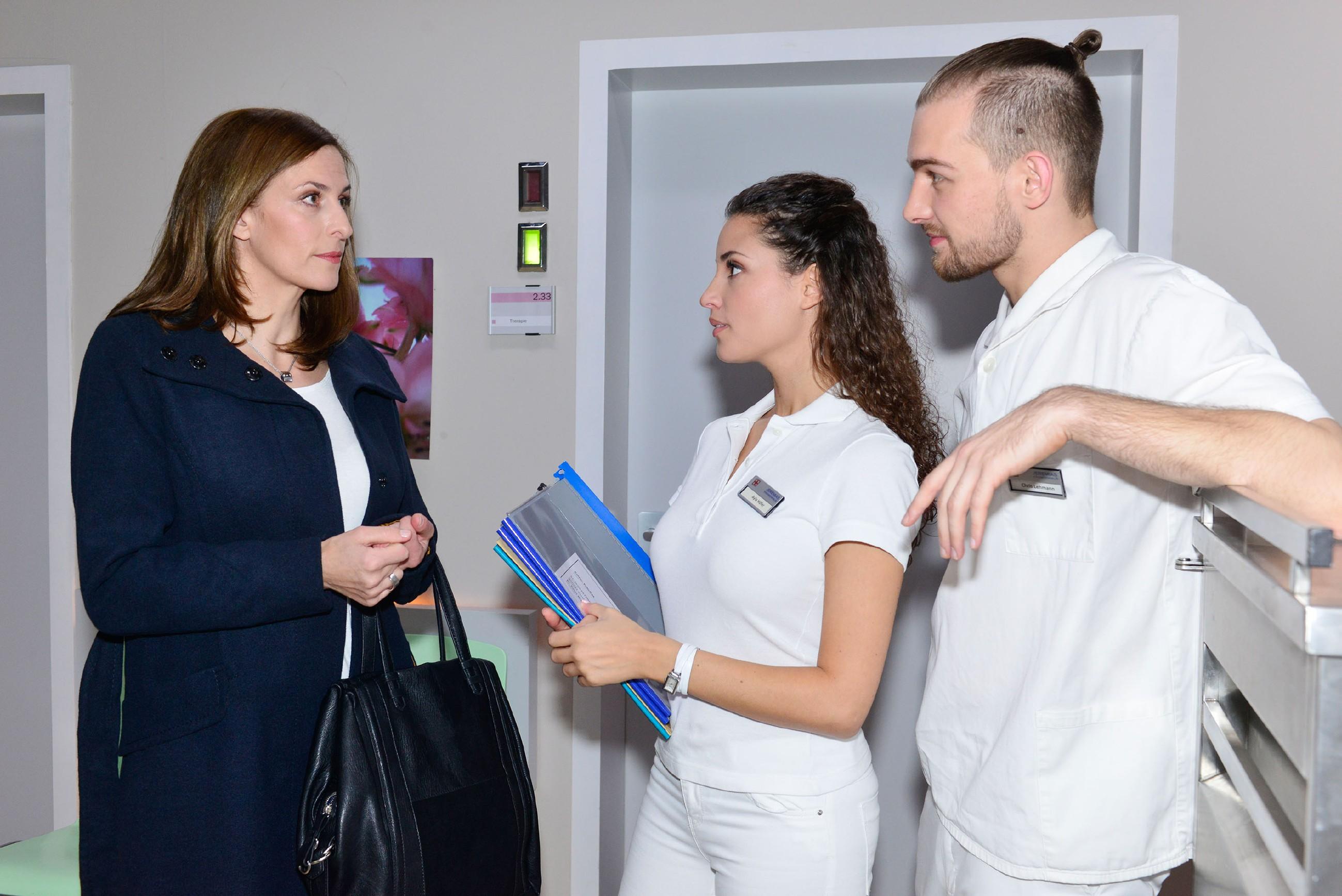 Auf der Suche nach Frederic trifft Katrin (Ulrike Frank, l.) im Krankenhaus auf Ayla (Nadine Menz) und Chris (Eric Stehfest). (Quelle: RTL / Rolf Baumgartner)