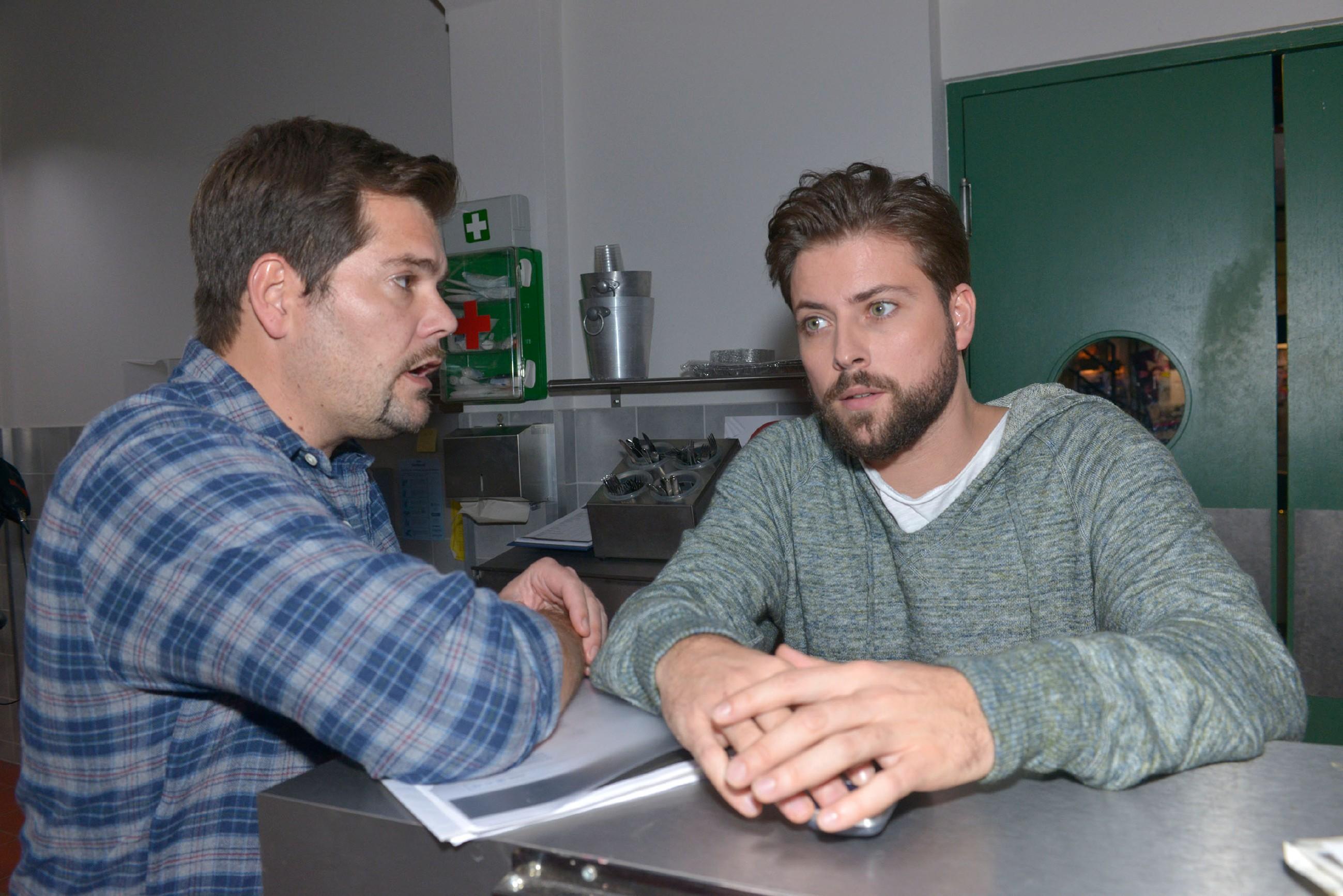 Leon (Daniel Fehlow, l.) leidet unter seiner Krise mit Sophie und sucht Rat bei John (Felix von Jascheroff). (Quelle: RTL / Rolf Baumgartner)