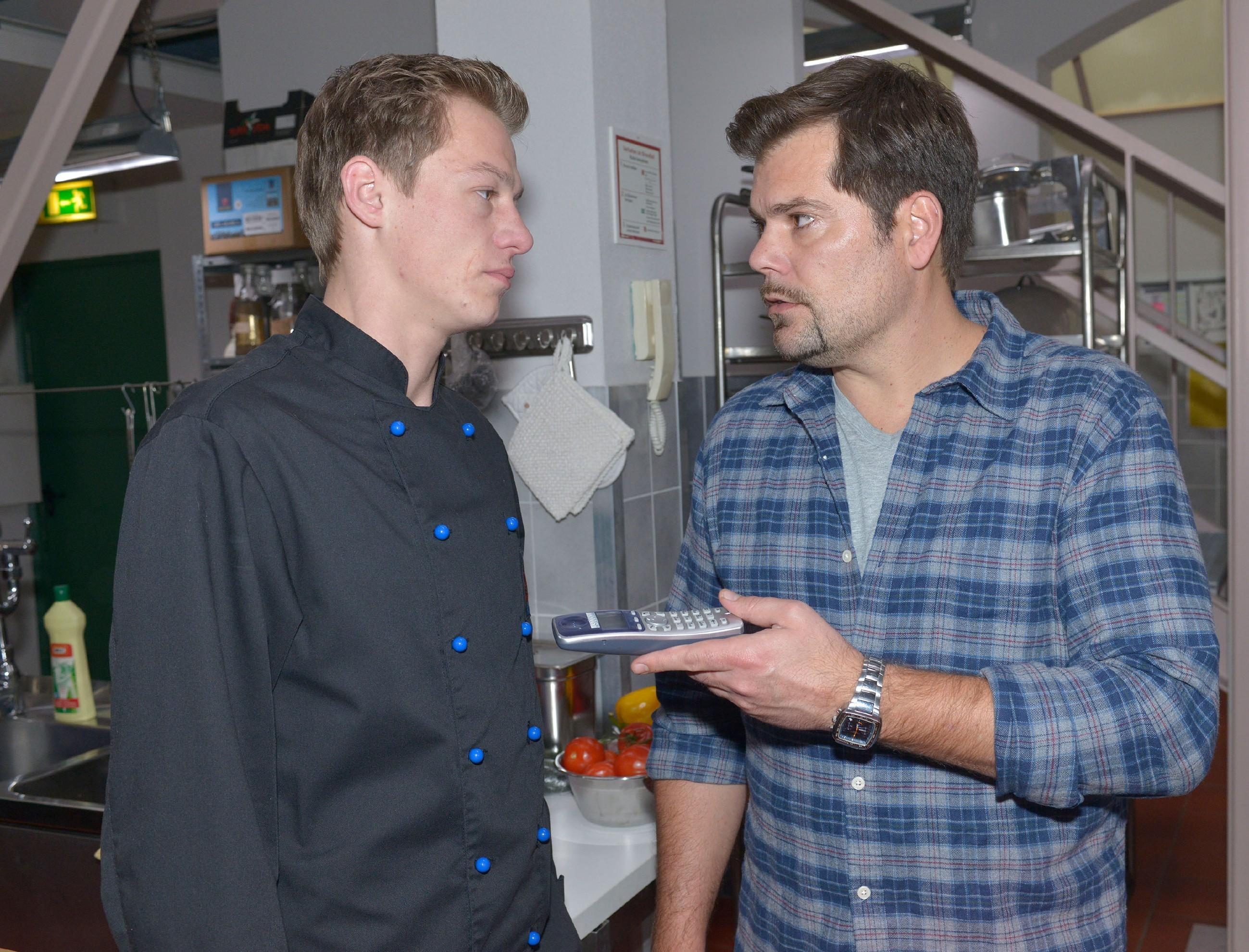 Vince (Vincent Krüger, l.) und Leon (Daniel Fehlow) glauben zwar, sich einig zu sein, doch ihre Vorstellungen vom neuen Geschäftsmodel sind zu unterschiedlich...