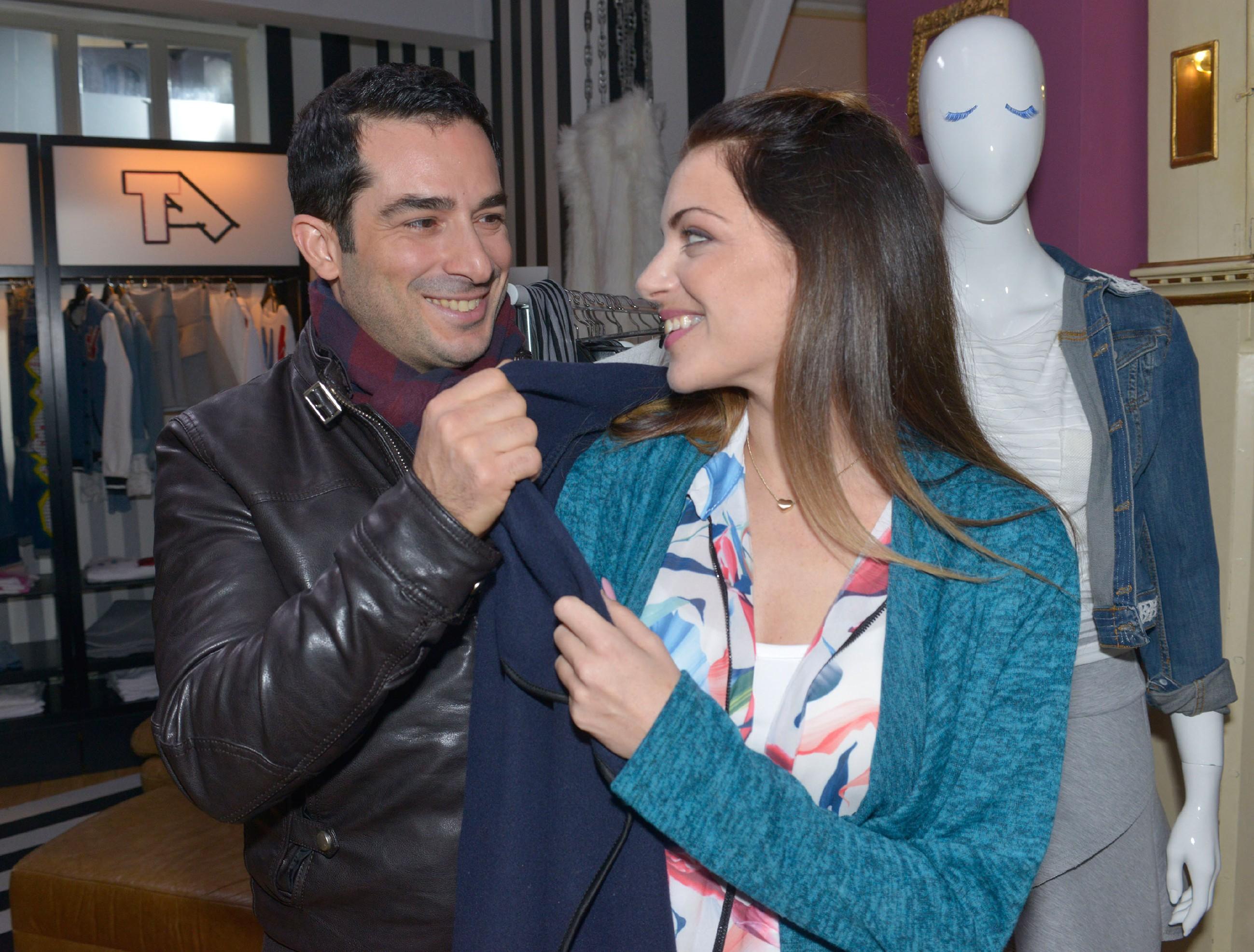Emily (Anne Menden) freut sich über Tayfuns (Tayfun Baydar) Aufmerksamkeit. (Quelle: RTL / Rolf Baumgartner)