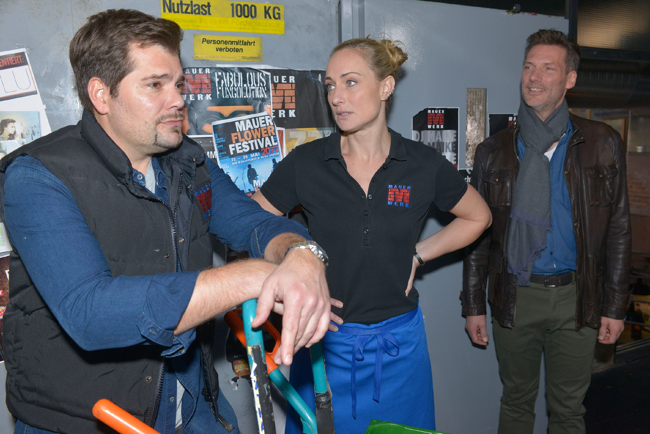 Alexander (Clemens Löhr, r.) bekommt erfreut mit, wie positiv Maren (Eva Mona Rodekirchen) mit Leon (Daniel Fehlow) über ihn spricht. (Quelle: RTL / Rolf Baumgartner)