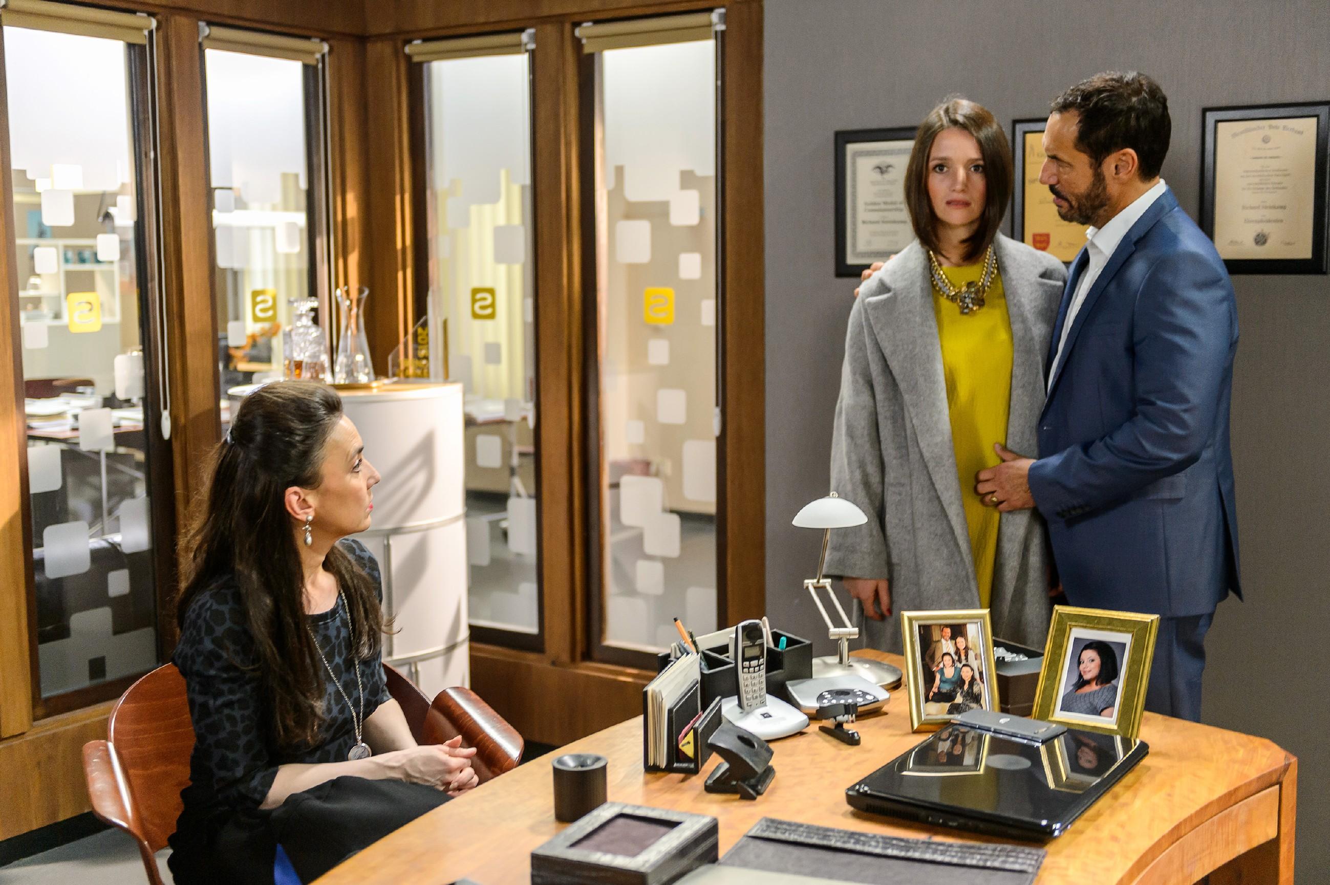 Simone (Tatjana Clasing, l.) und Richard (Silvan-Pierre Leirich) appellieren an Jenny (Kaja Schmidt-Tychsen), ihre Rachegedanken gegen Veit aufzugeben. (Quelle: RTL / Willi Weber)