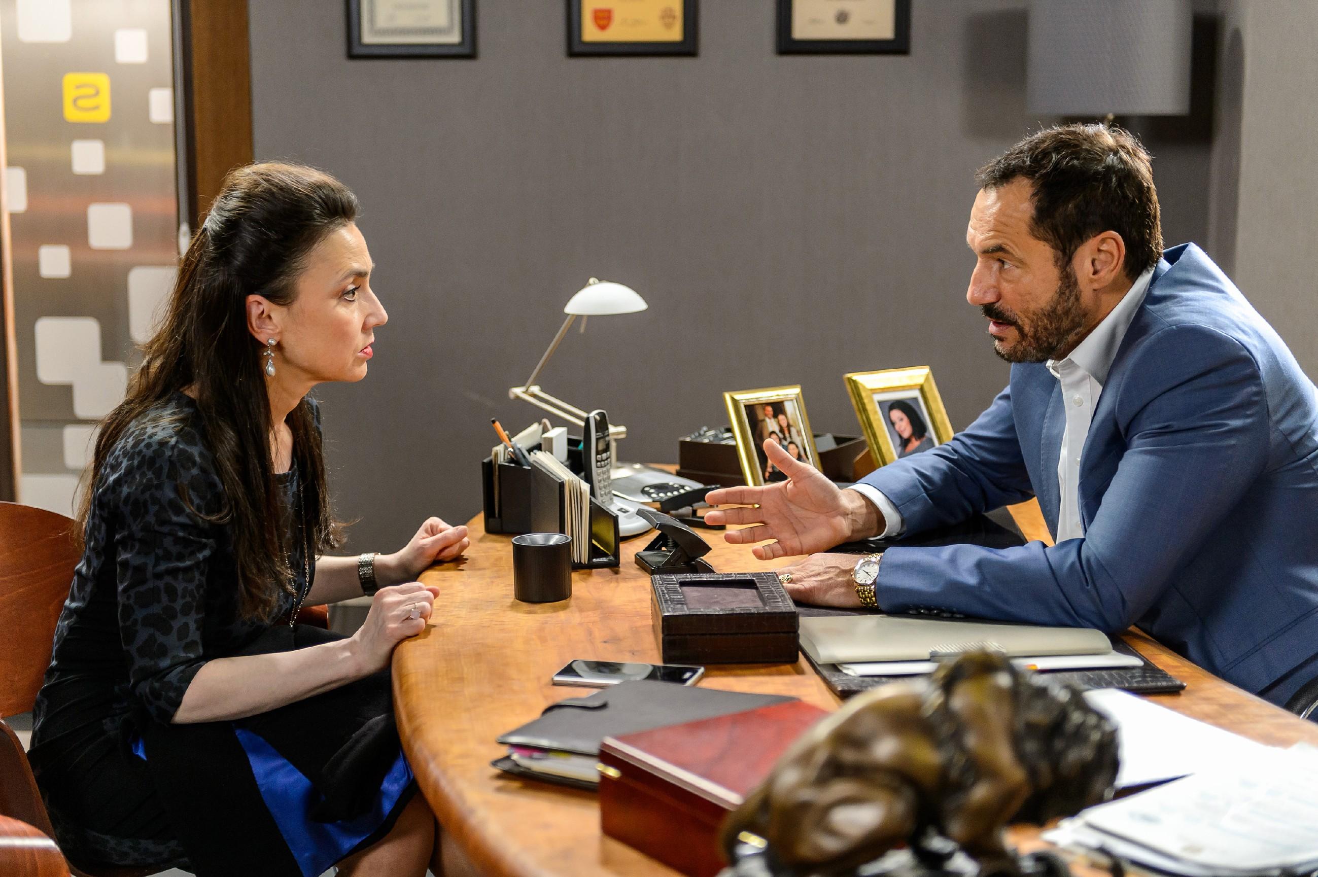 Simone (Tatjana Clasing) und Richard (Silvan-Pierre Leirich) tauschen sich über ihr Problem mit Veit aus. (Quelle: RTL / Willi Weber)
