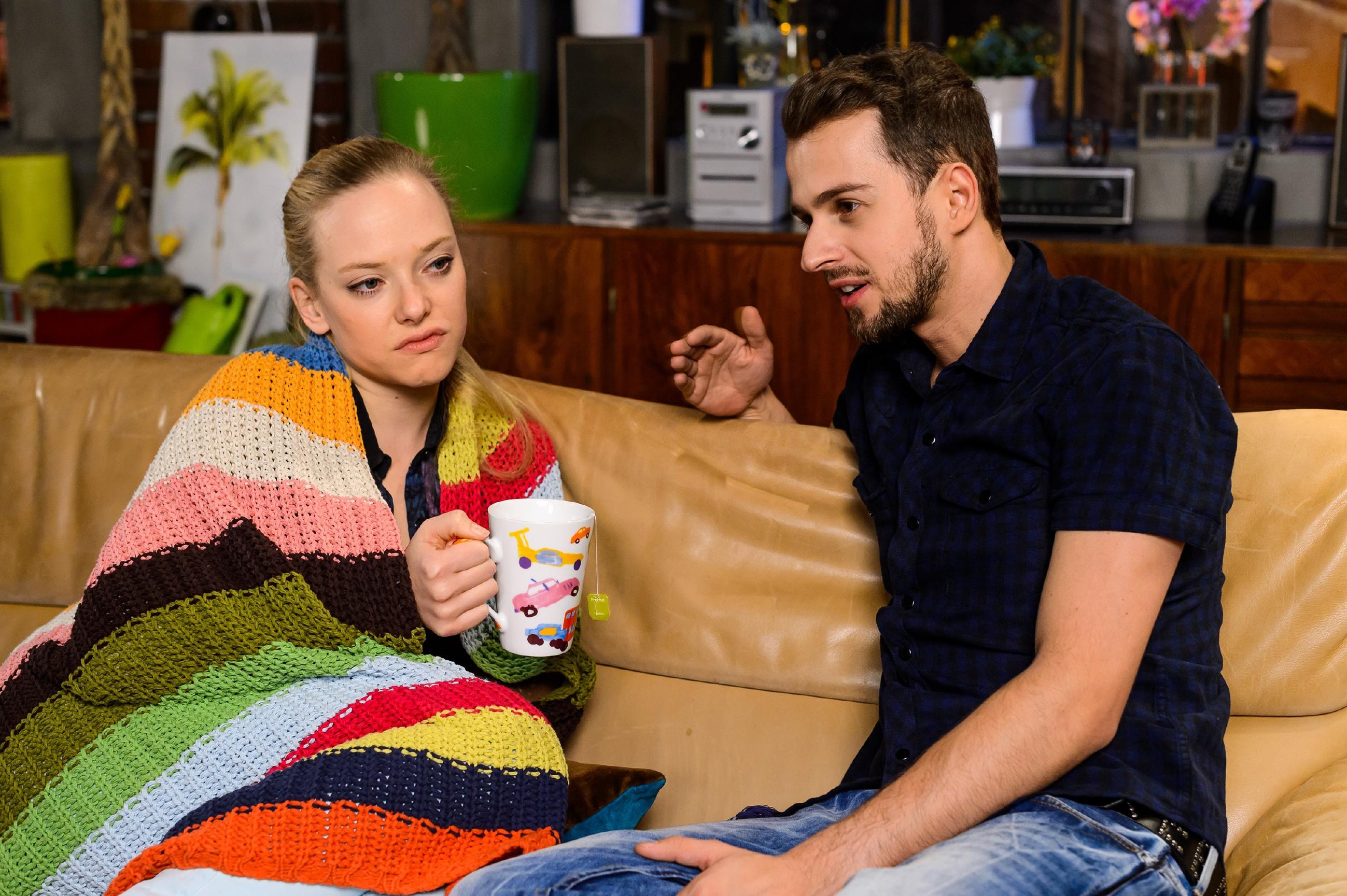 Tobi (Michael Jassin) kümmert sich um Marie (Judith Neumann), die nur schwer verkraften kann, dass sie von der Deutschen Meisterschaft ausgeschlossen wurde. (Quelle: RTL / Willi Weber)