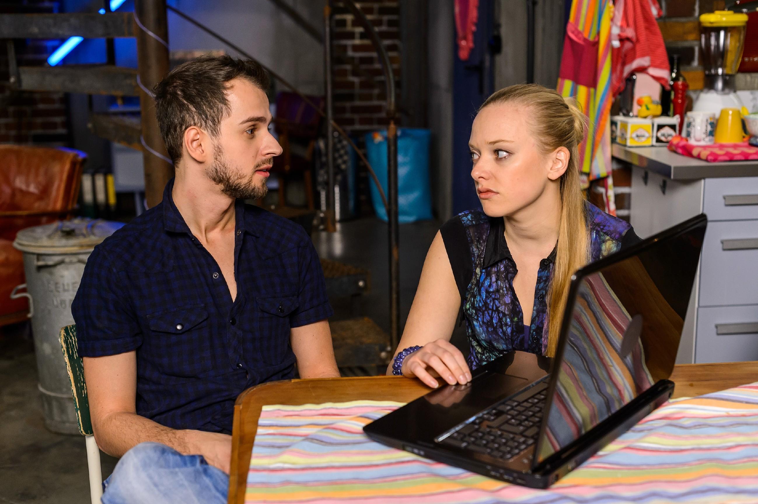 Gemeinsam mit Tobi (Michael Jassin) beschließt Marie (Judith Neumann), sich von dem Frust über ihren offenbar geplatzten Traum abzulenken. (Quelle: RTL / Willi Weber)