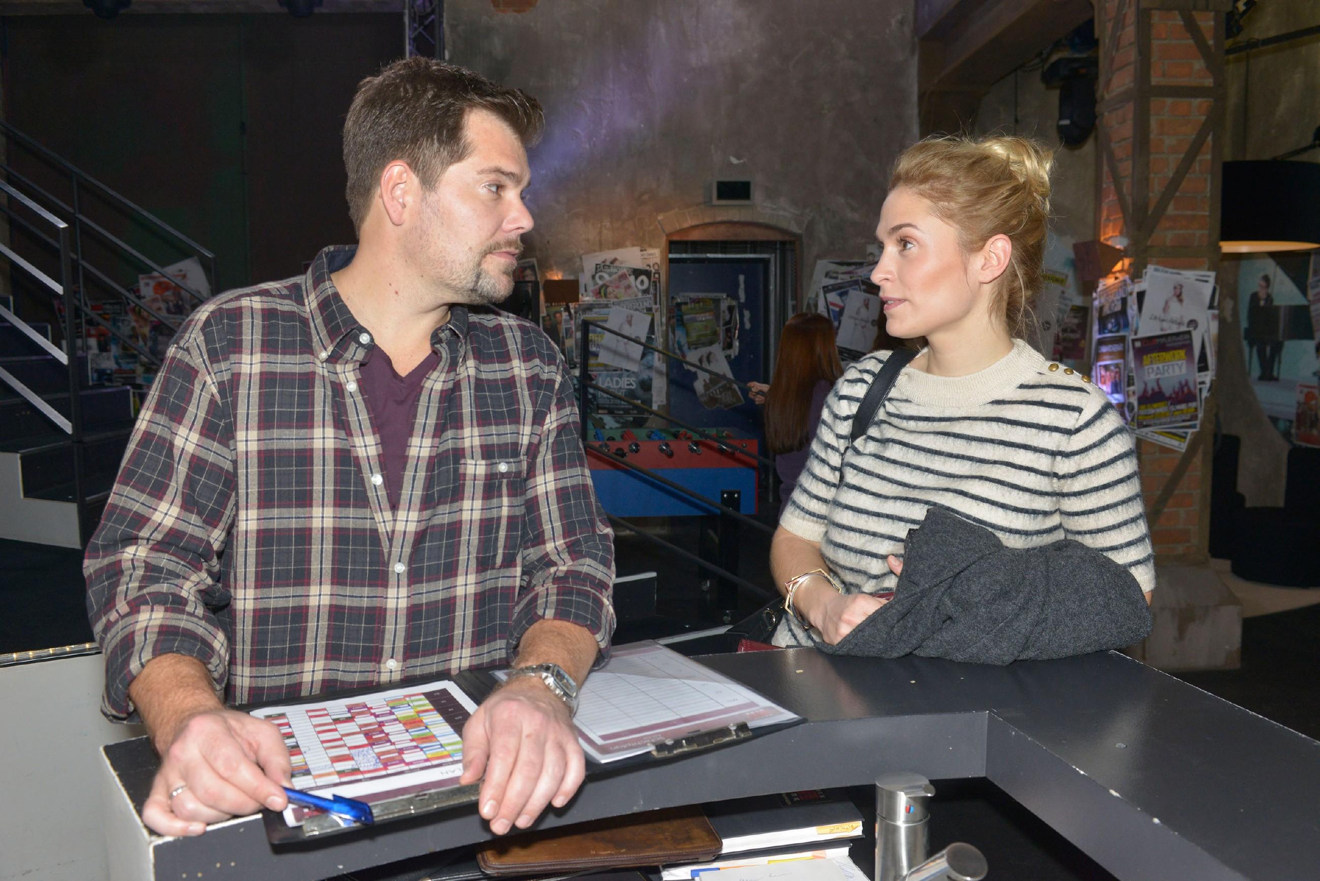 Leon (Daniel Fehlow) ist dankbar, dass Sophie (Lea Marlen Woitack) trotz allem an seiner Seite steht. (Quelle: RTL / Rolf Baumgartner)
