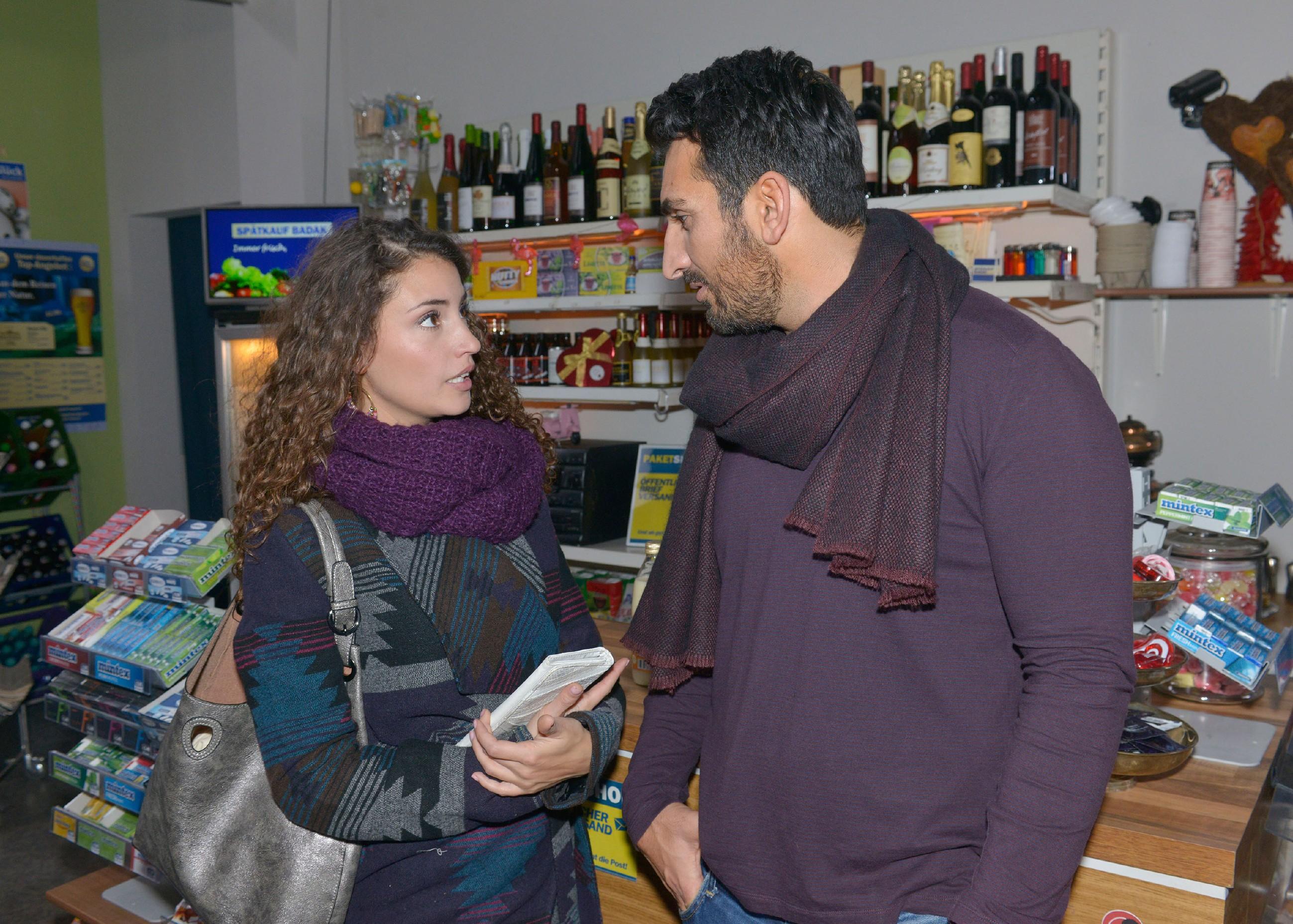 Im Gespräch mit Ayla (Nadine Menz) beschleicht Mesut (Mustafa Alin) der Verdacht, dass Jonas nun doch die Fake-Handys vertickt. (Quelle: RTL / Rolf Baumgartner)