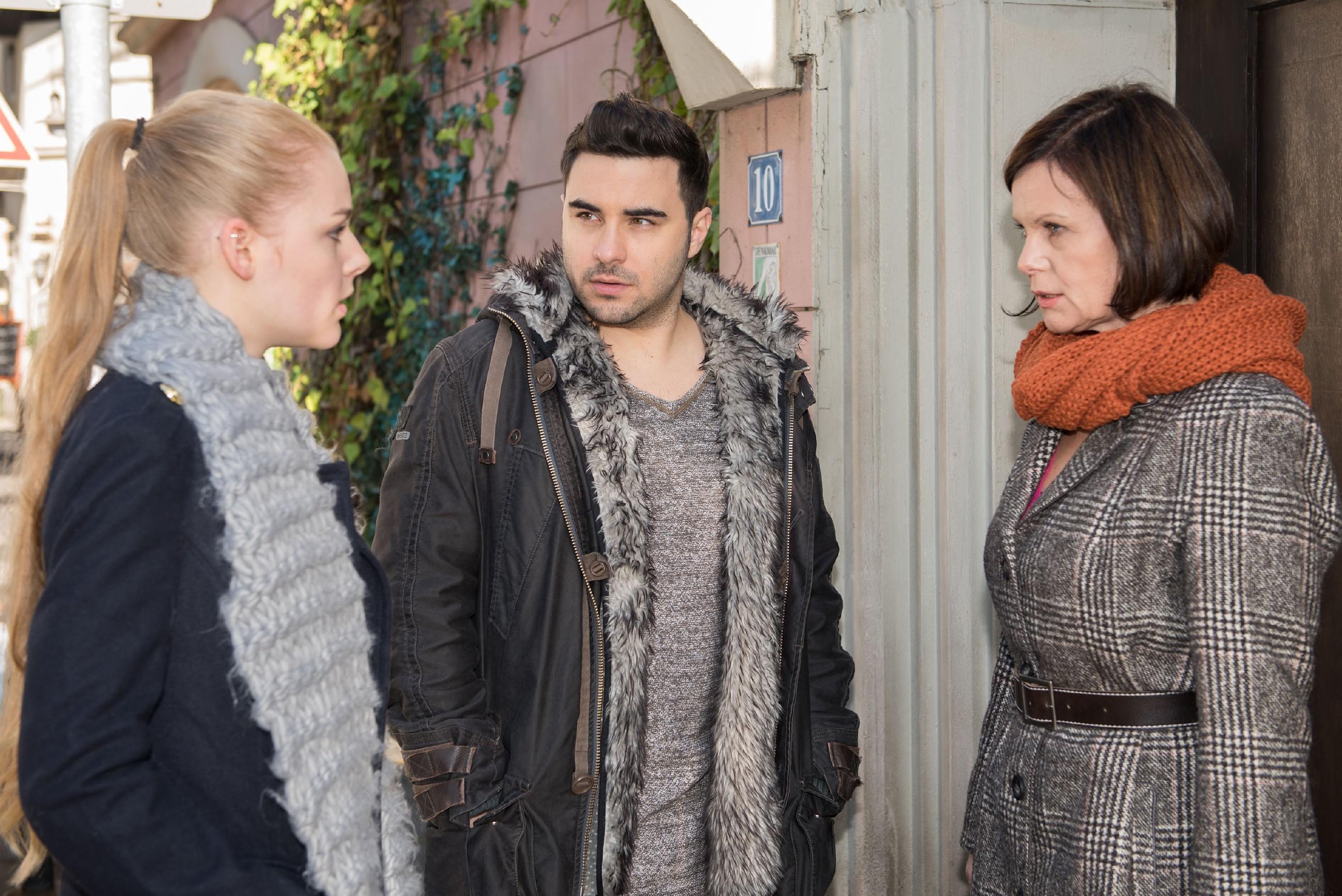 Im Beisein von Irene (Petra Blossey, r.) fliegt Fionas (Olivia Burkhart) Lüge vor dem fassungslosen Easy (Lars Steinhöfel) auf... (Quelle: RTL / Stefan Behrens)