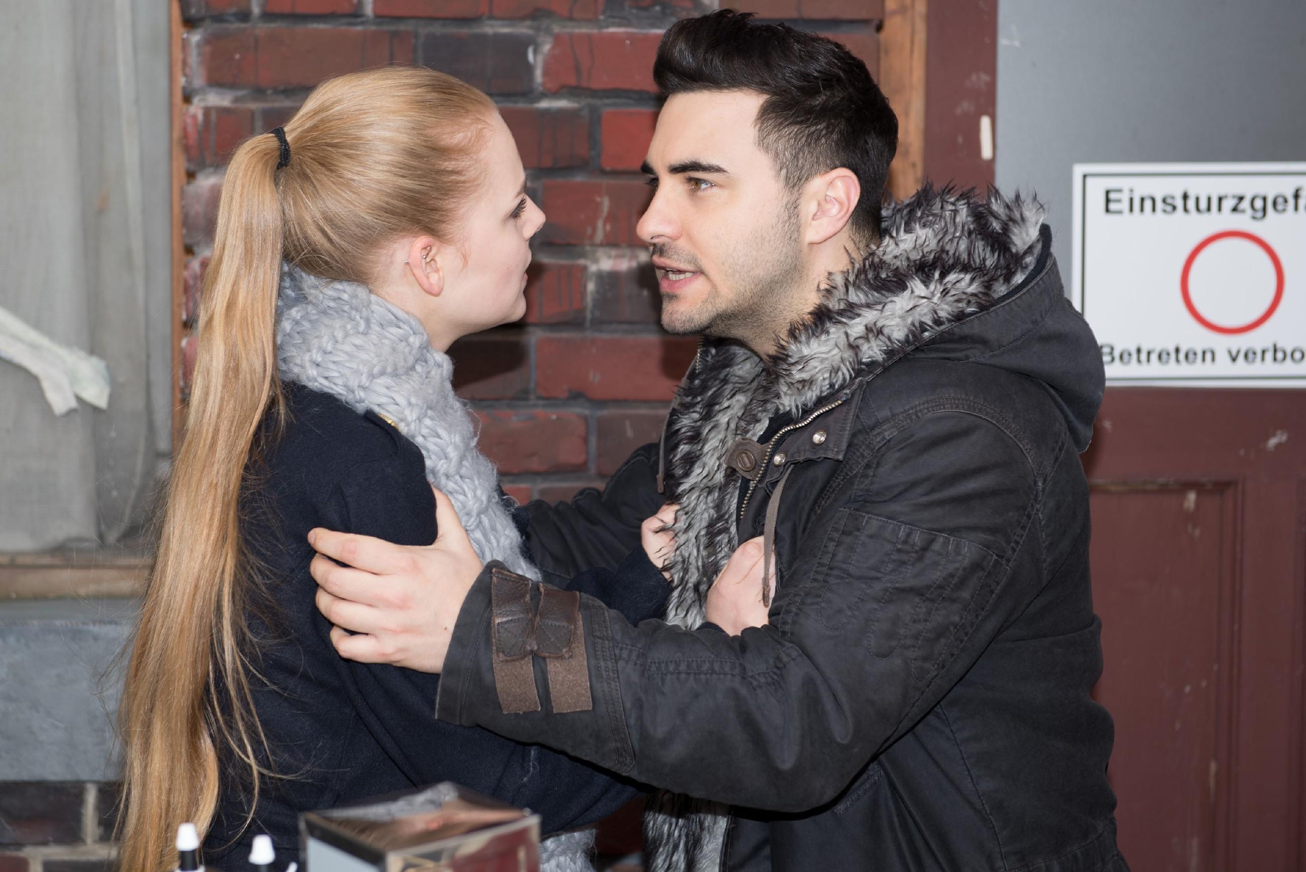 Easy (Lars Steinhöfel) ist wütend, dass Fiona (Olivia Burkhart) ihn angelogen hat und glaubt, dass sie keine Lust hat, mit ihm in den Urlaub zu fahren. (Quelle: RTL / Stefan Behrens)