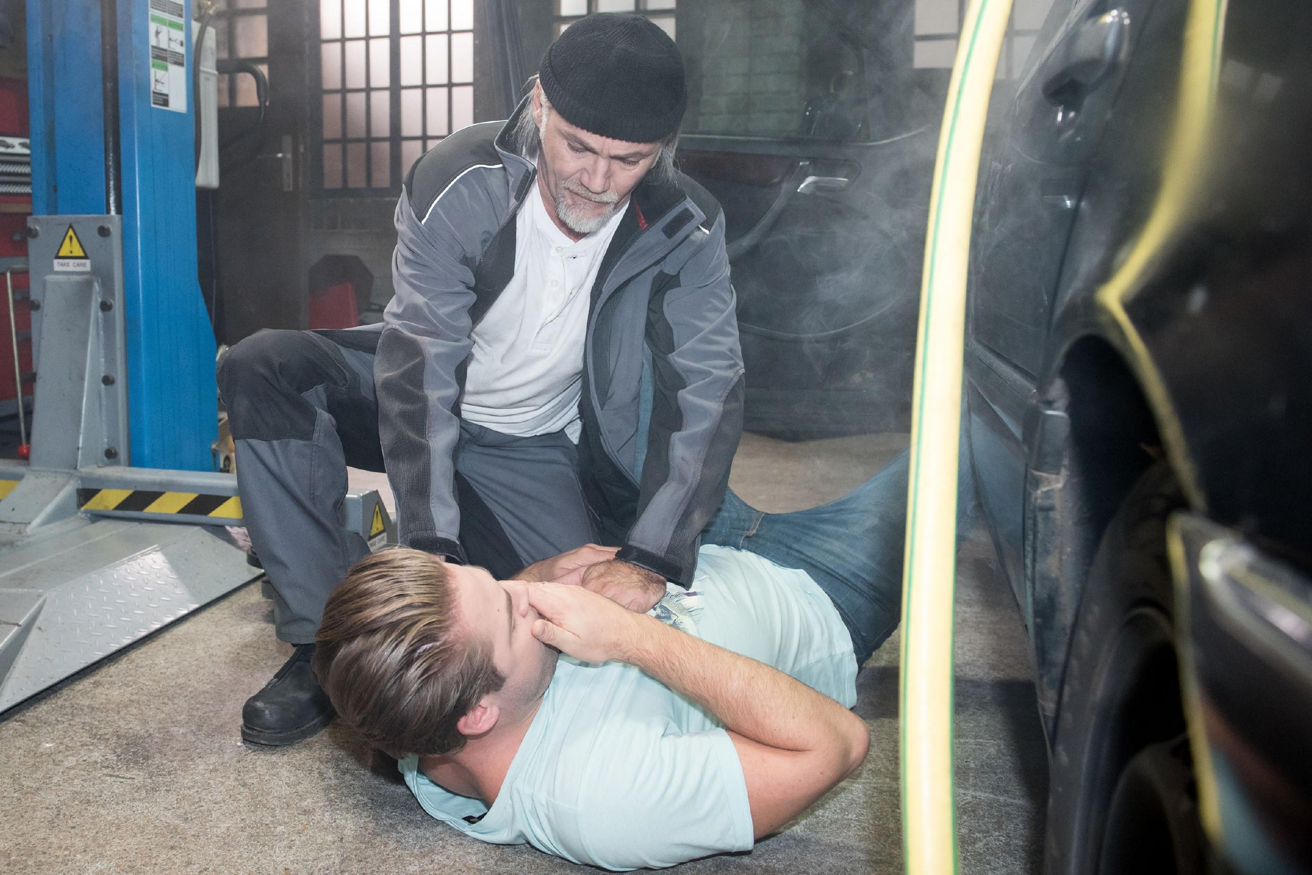 Robert (Luca Maric) ist erleichtert, als Bambi (Benjamin Heinrich, vorne) wieder zu Bewusstsein kommt. (Quelle: RTL / Stefan Behrens)