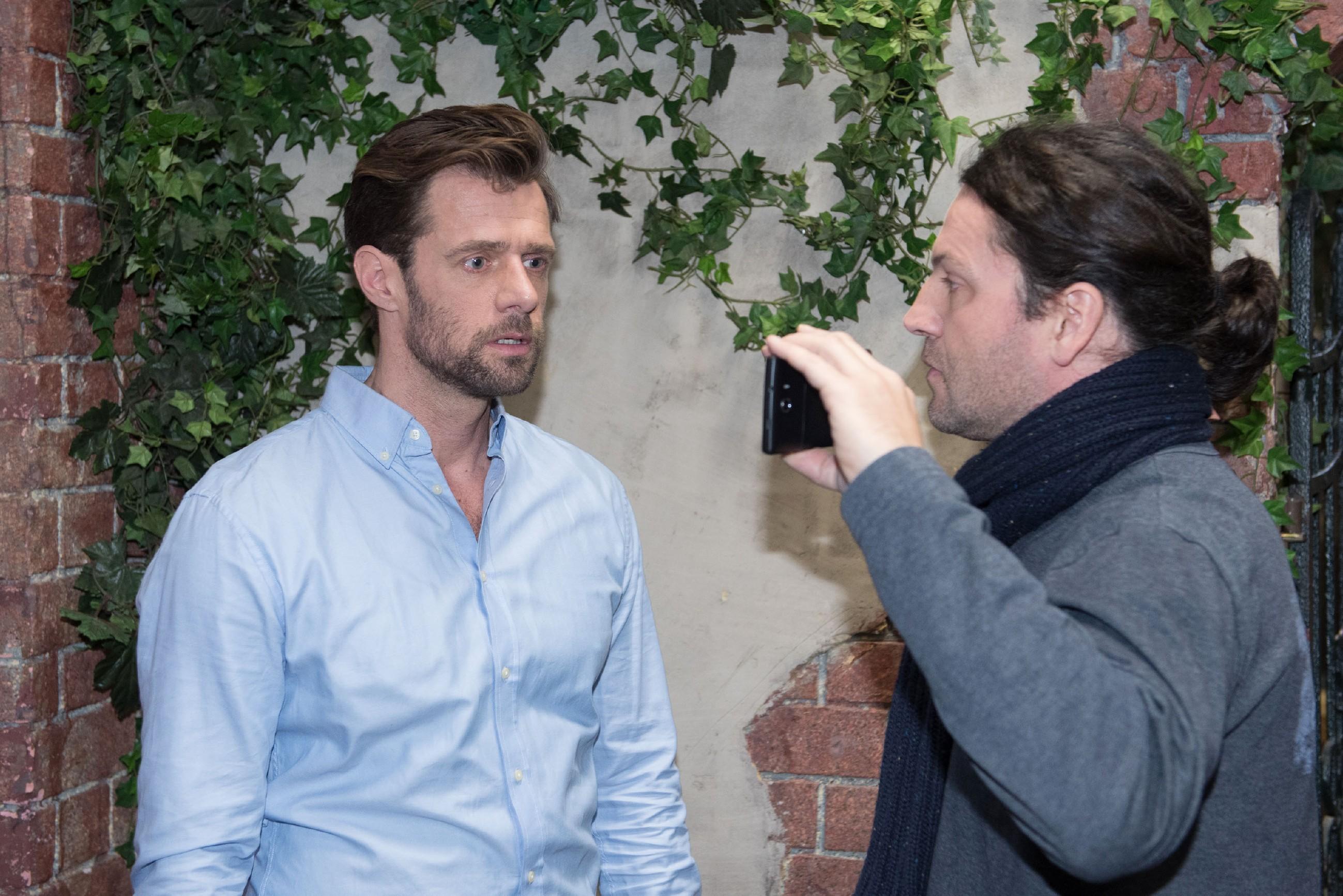 Henning (Benjamin Kiss, l.) wird nervös klar, dass Rolf (Stefan Franz) ihn mit dem Sex-Tape in der Hand hat. (Quelle: RTL / Stefan Behrens)