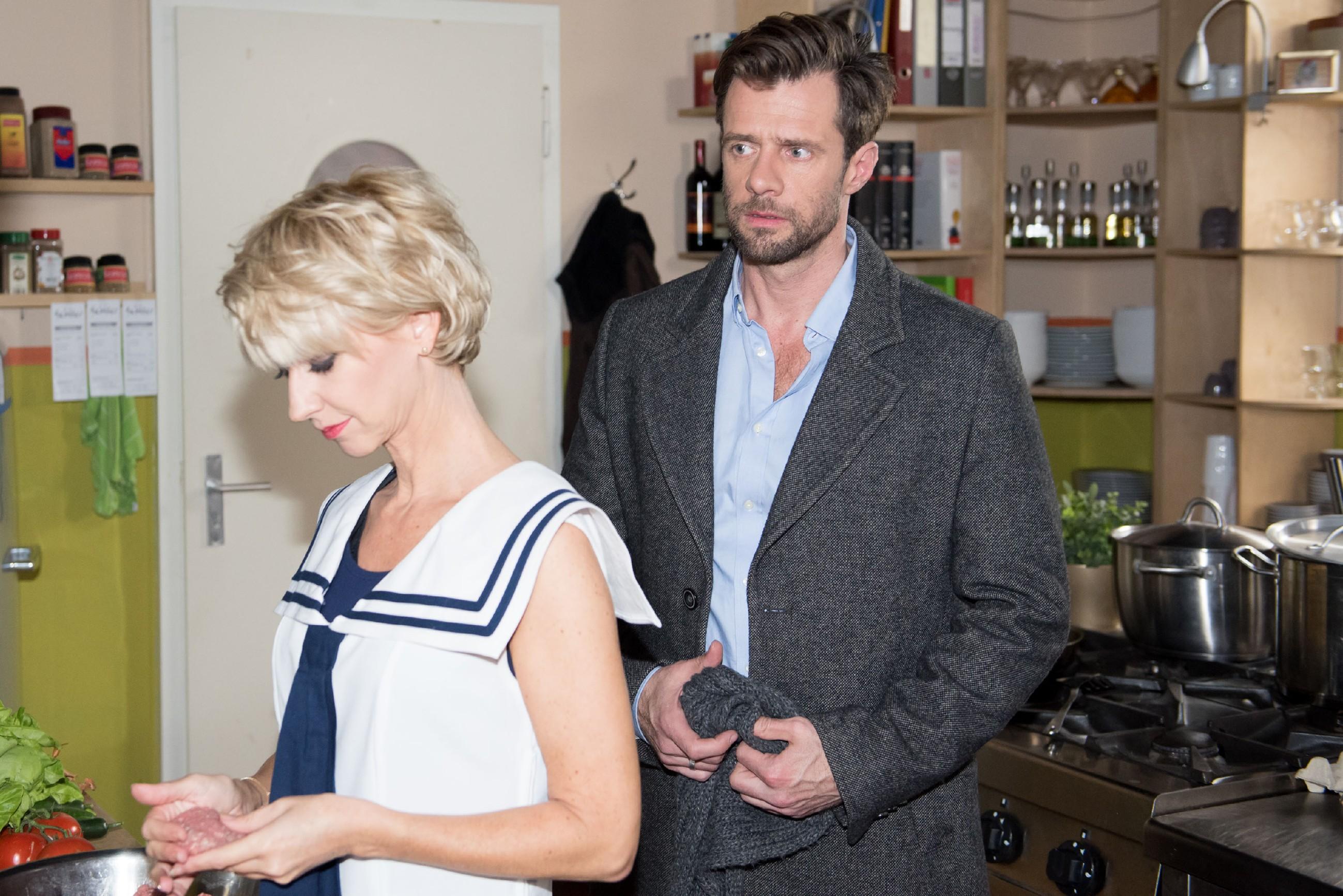 Henning (Benjamin Kiss) bricht seinen Versuch ab, Ute (Isabell Hertel) seine Affäre zu beichten. (Quelle: RTL / Stefan Behrens)