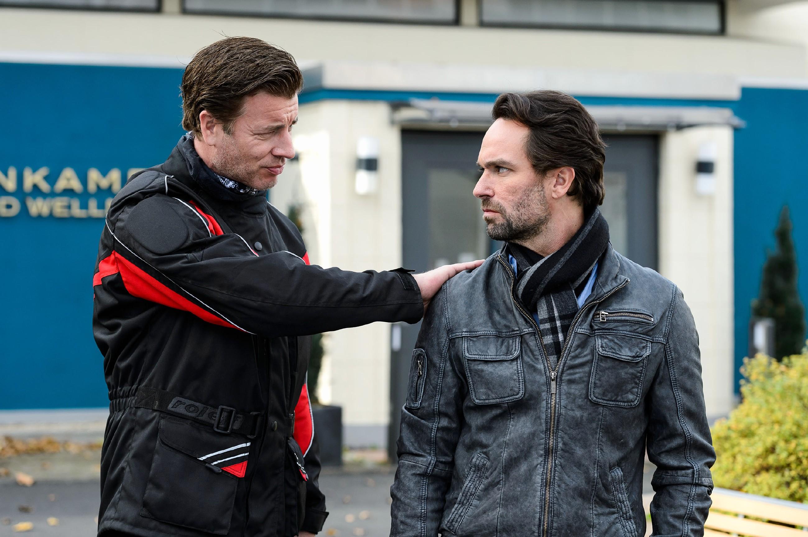 Christoph (Lars Korten, l.) versucht Thomas (Daniel Brockhaus) aufzumuntern, der sich eingestehen muss, dass es ihm nicht egal ist, dass Isabelle mit Johann zu einem Date nach Paris fliegt. (Quelle: RTL / Willi Weber)