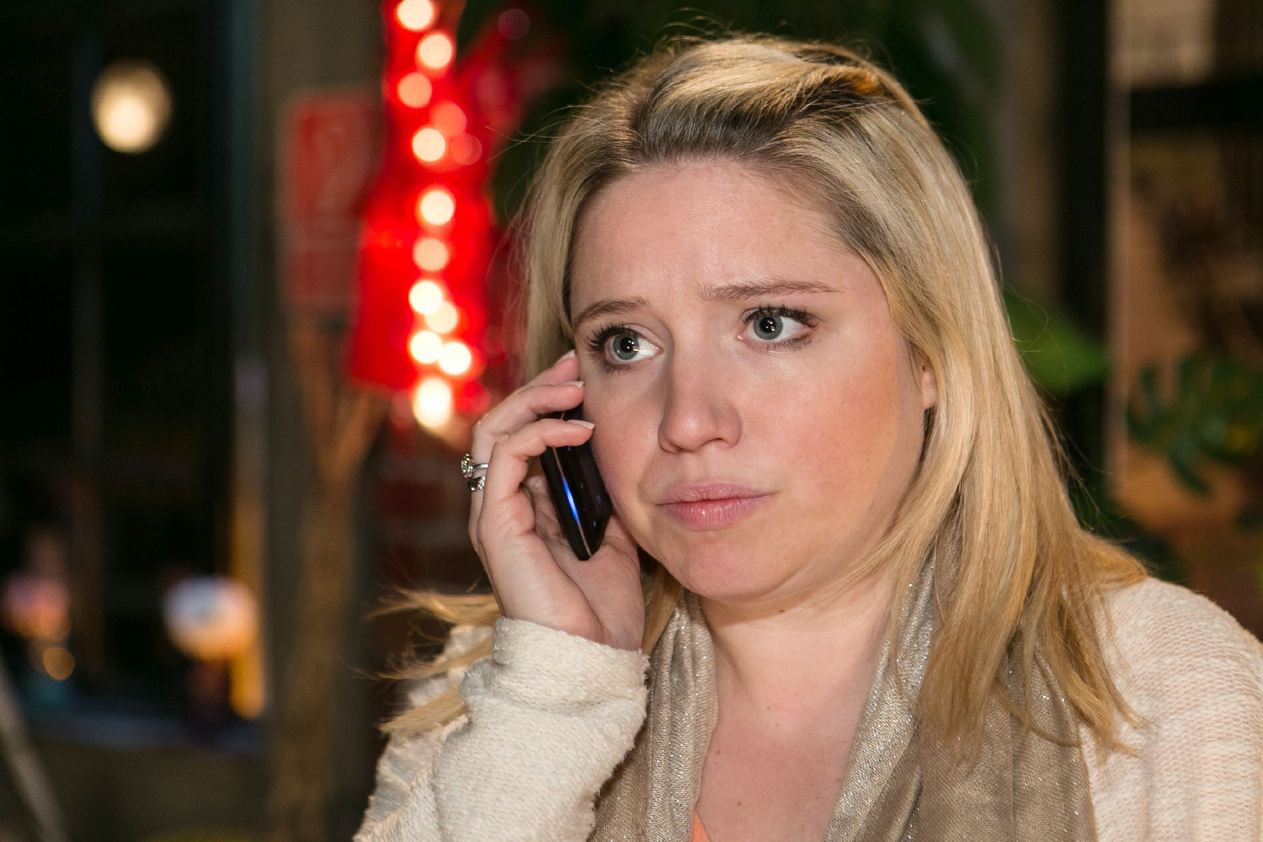 Während des Telefonats mit Marian entscheidet sich Bea (Caroline Maria Frier), Ingo die ganze Wahrheit über ihren One-Night-Stand mit Marian zu beichten. (Quelle: RTL / Kai Schulz)