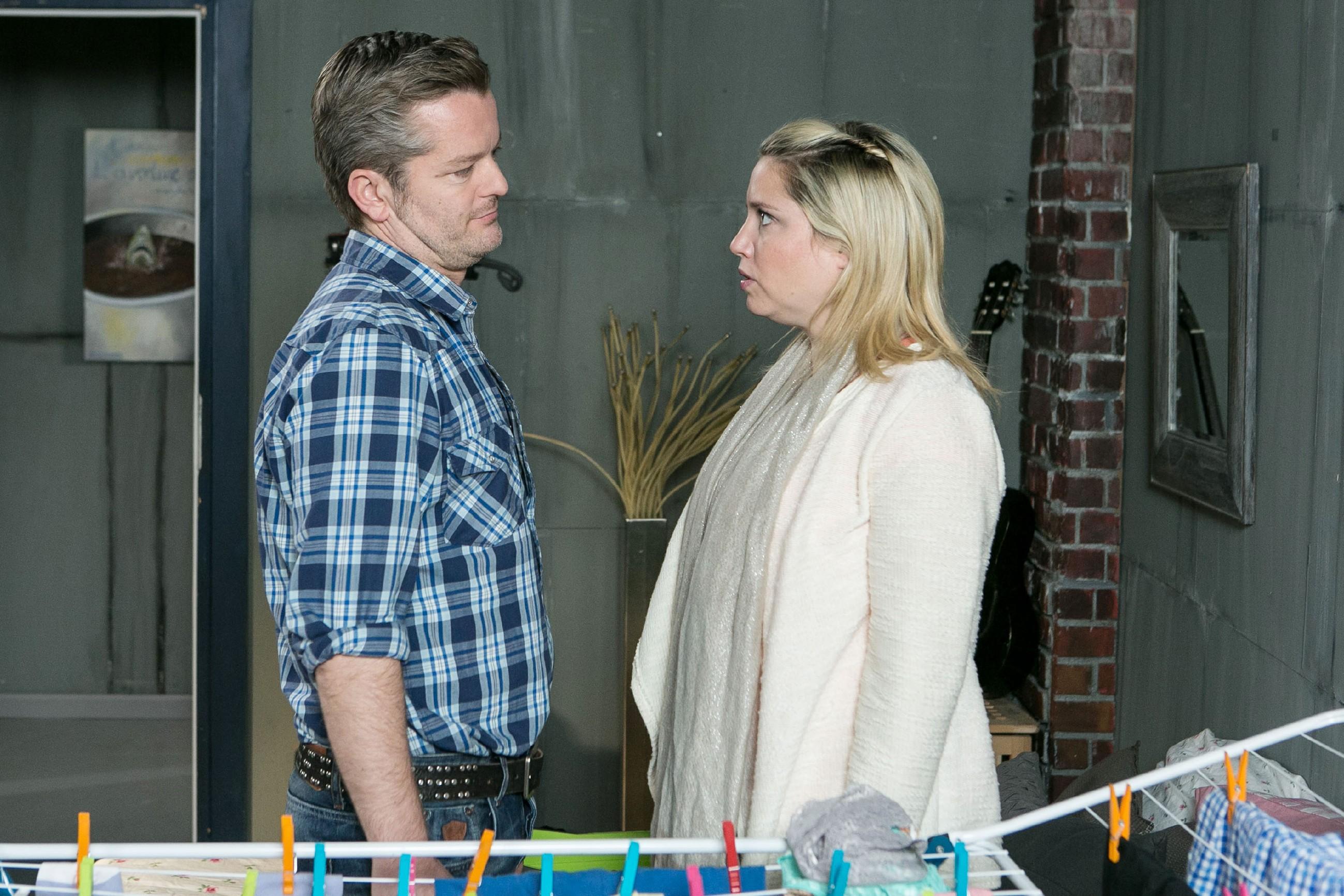 Bea (Caroline Maria Frier) gesteht Ingo (André Dietz), dass sie ihn betrogen hat - verschweigt ihm allerdings, mit wem... (Quelle: RTL / Kai Schulz)
