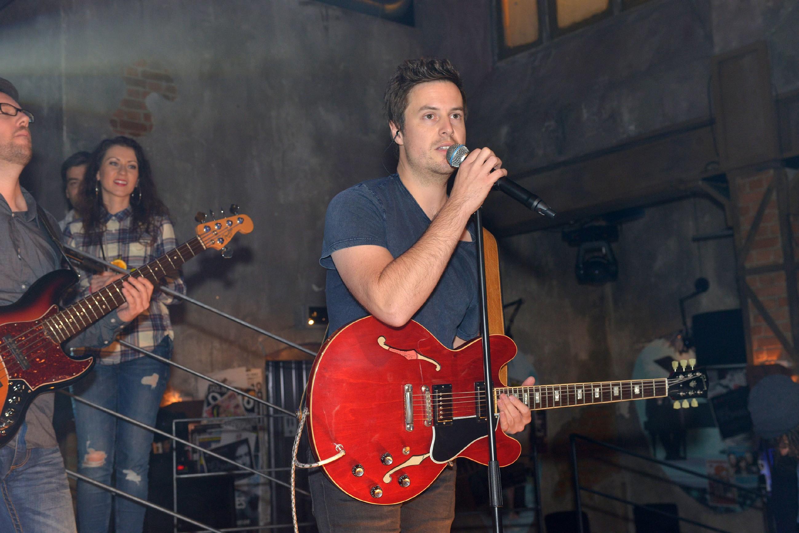 Der Sänger und Songwriter Neil Thomas gibt ein Konzert im Mauerwerk. (Quelle: RTL / Rolf Baumgartner)